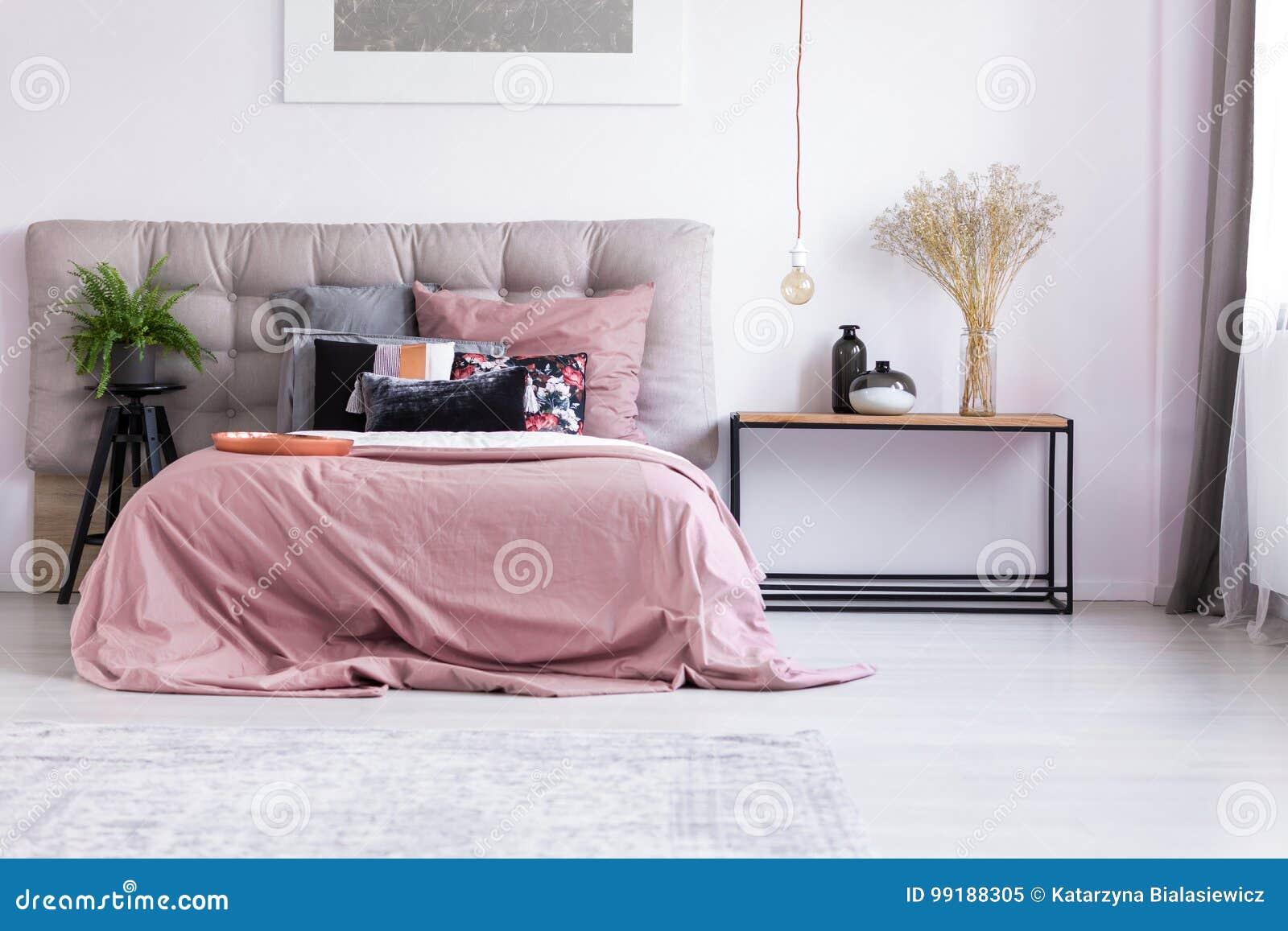 Pastelkleur Roze Slaapkamer Met Installatie Stock Afbeelding ...