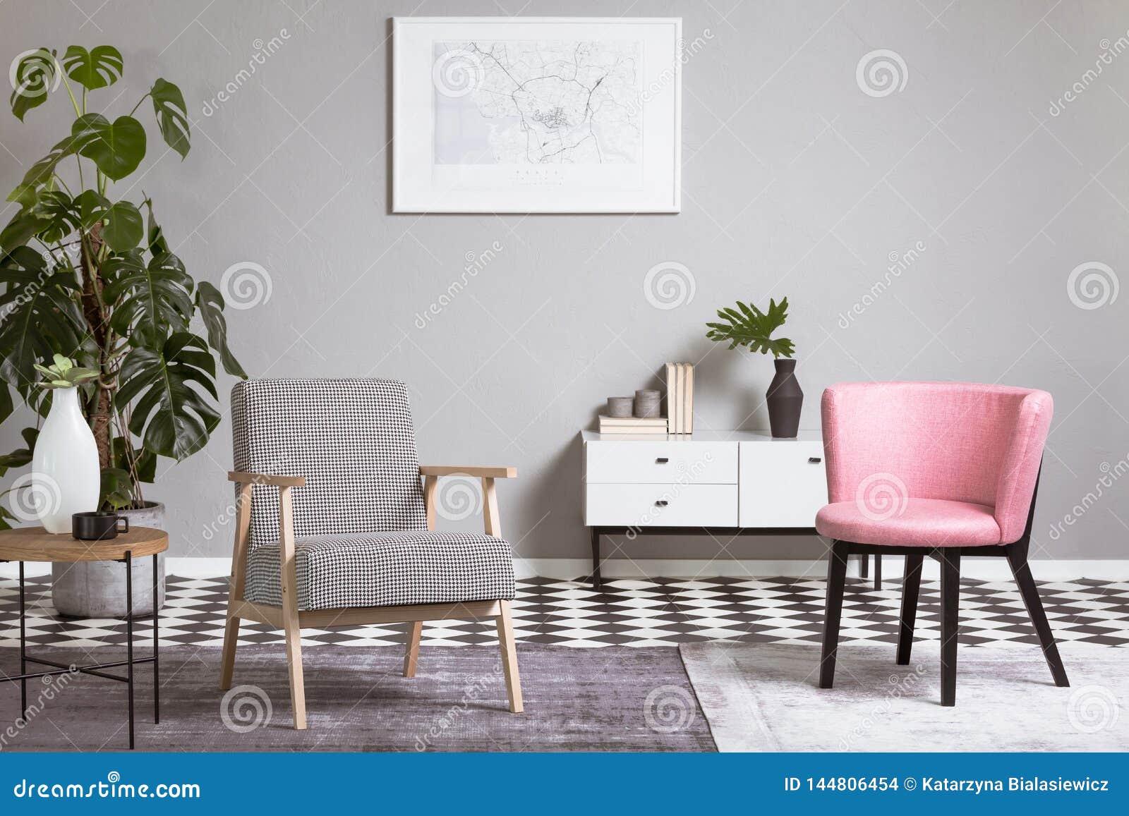 Pastelkleur roze stoel in beige woonkamerbinnenland