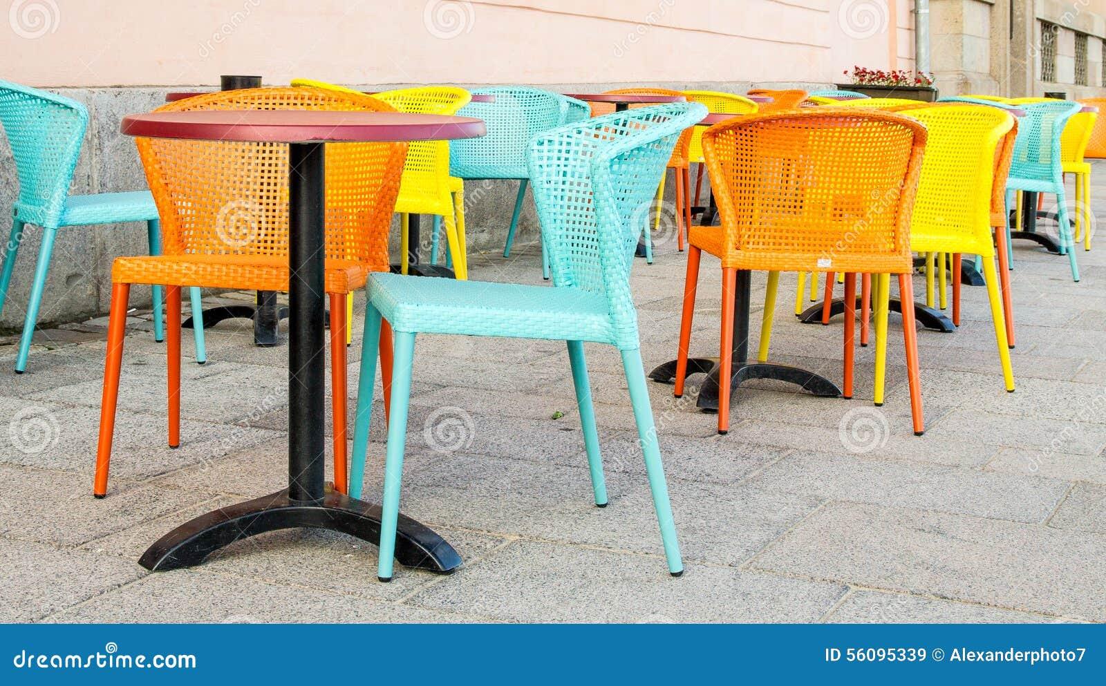 Pastell Farbige Stühle Auf Einem Straßencafé Stockbild Bild Von