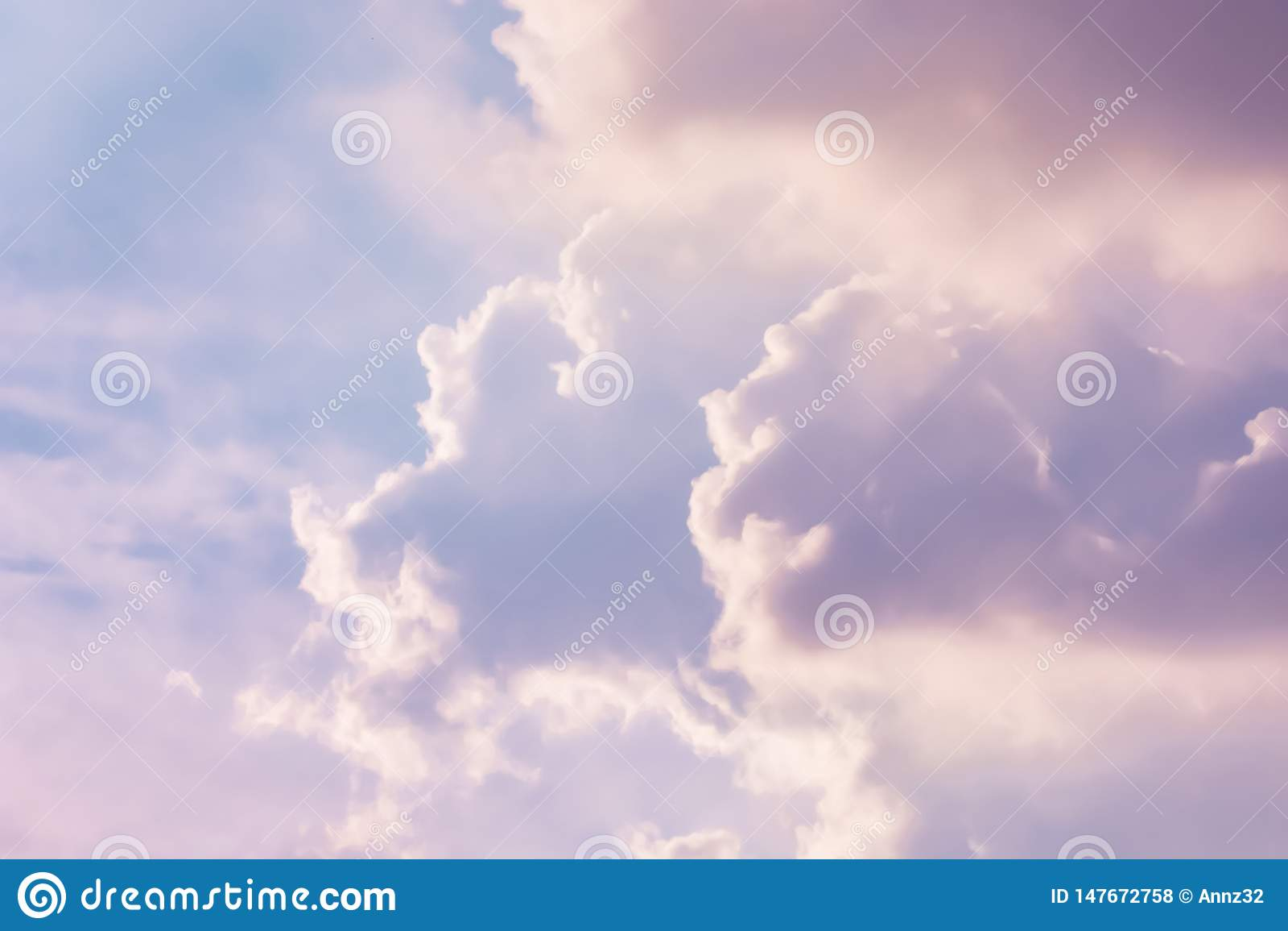 Pastellfärgad färg av moln på himlen