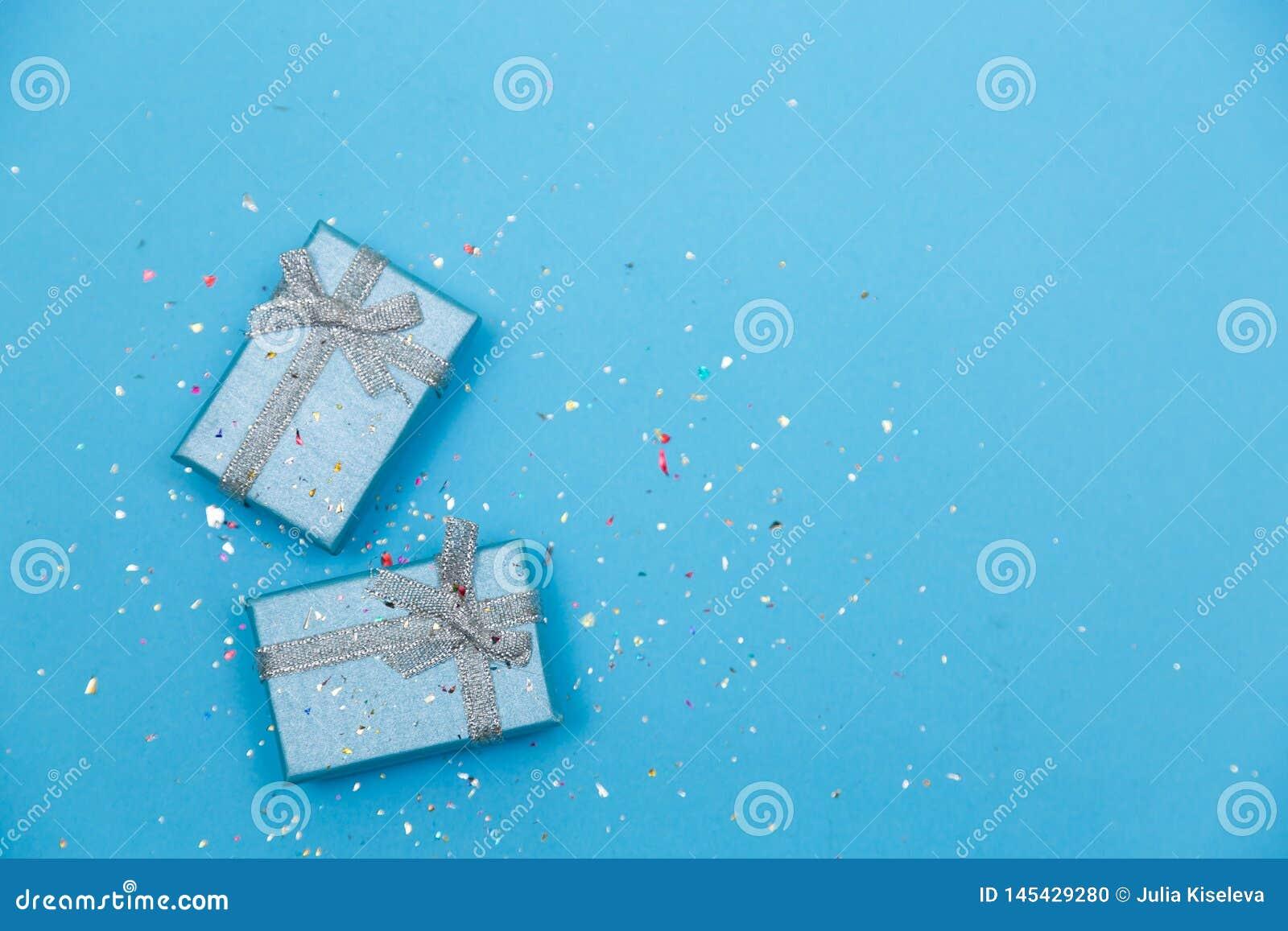 Pastelowy Błękitny minimalny pojęcie z pięknie zawija presen