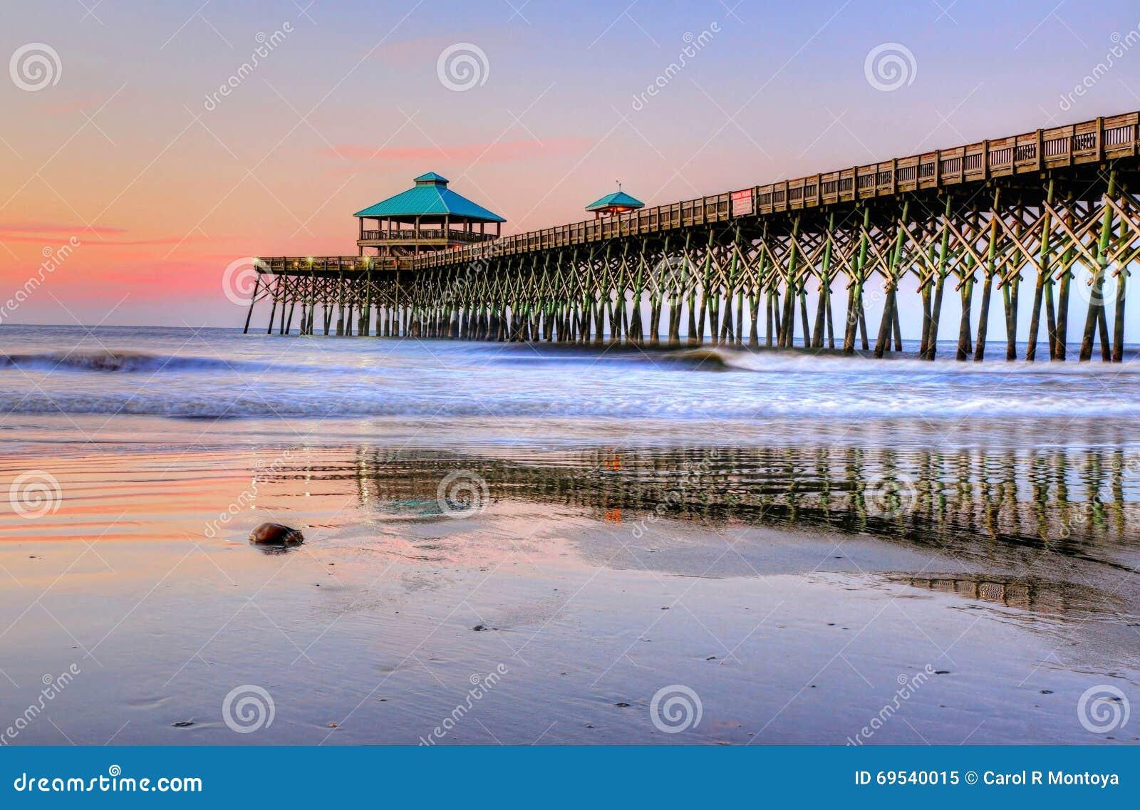 Pastelowy wschód słońca Na głupoty plaży molu W Charleston Południowa Karolina