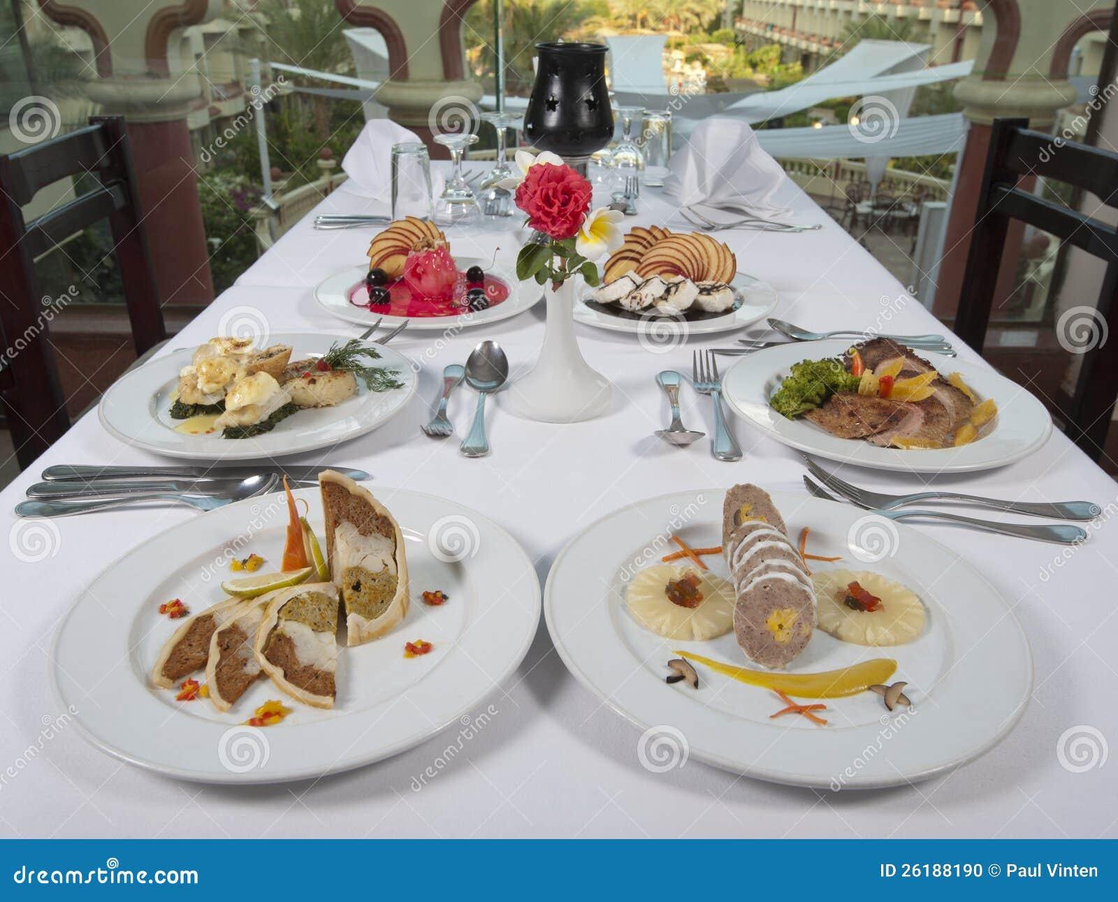 Pasti con tre portate a la carte in un ristorante