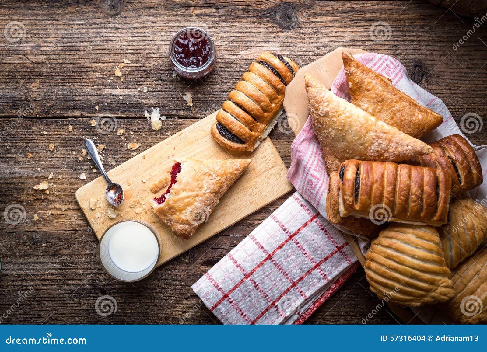 Pasticcerie assortite della prima colazione con inceppamento e latte