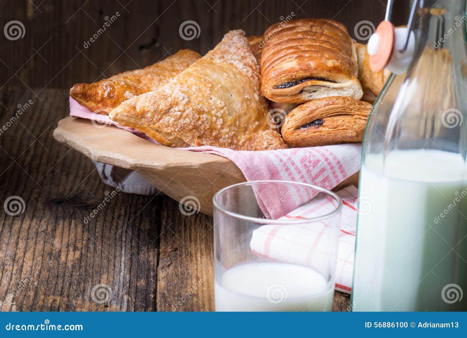 Pasticcerie assortite e latte della prima colazione