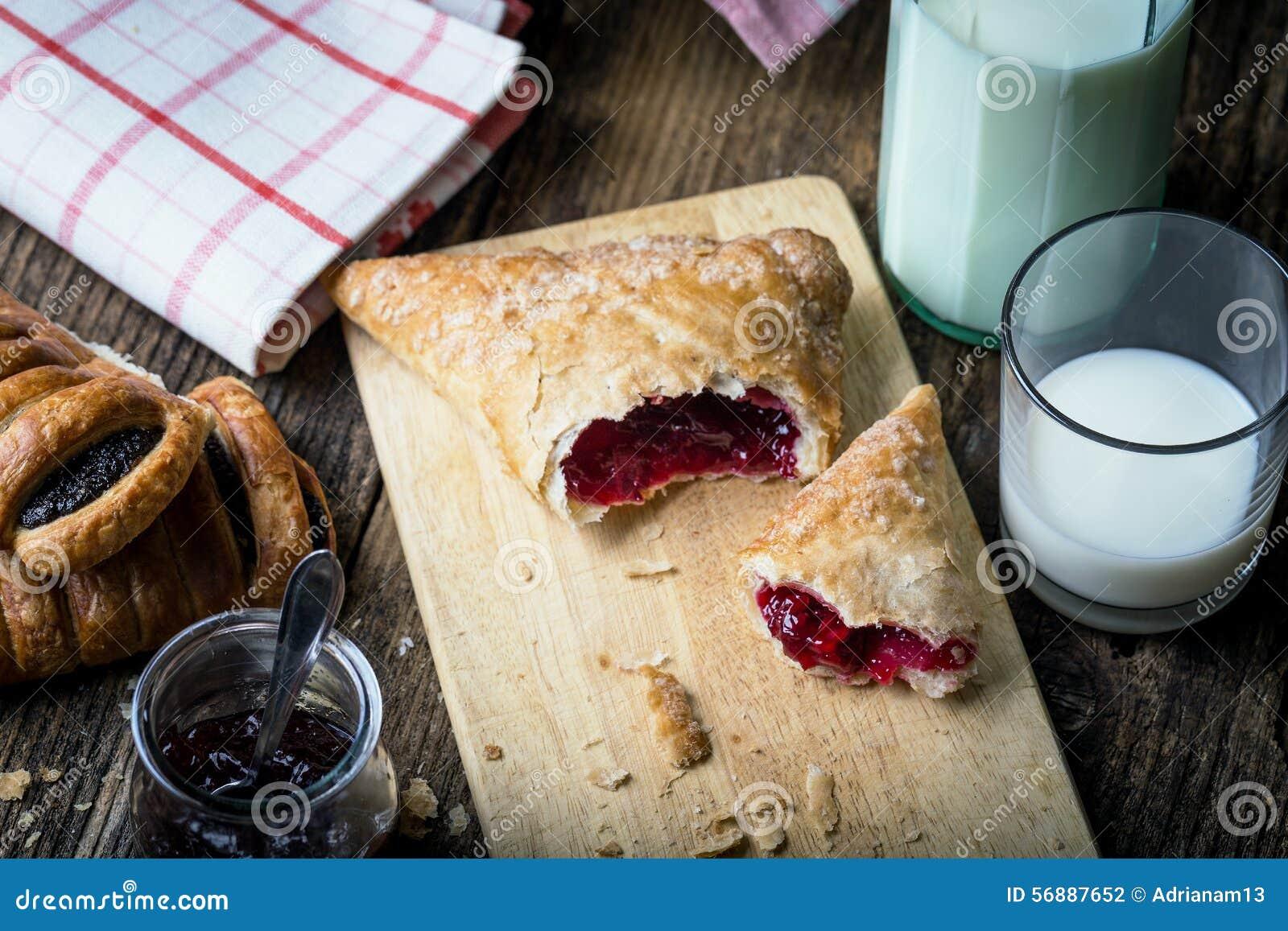 Pasticcerie della prima colazione con inceppamento e latte
