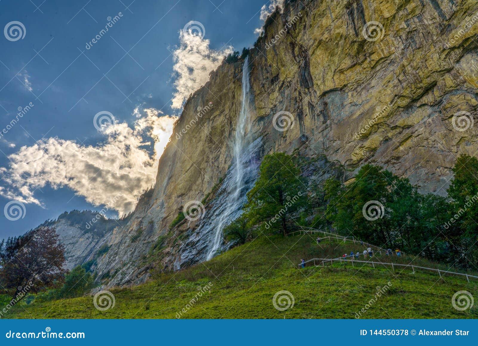 Pasto dramático do céu da cachoeira de Lauterbrunnen