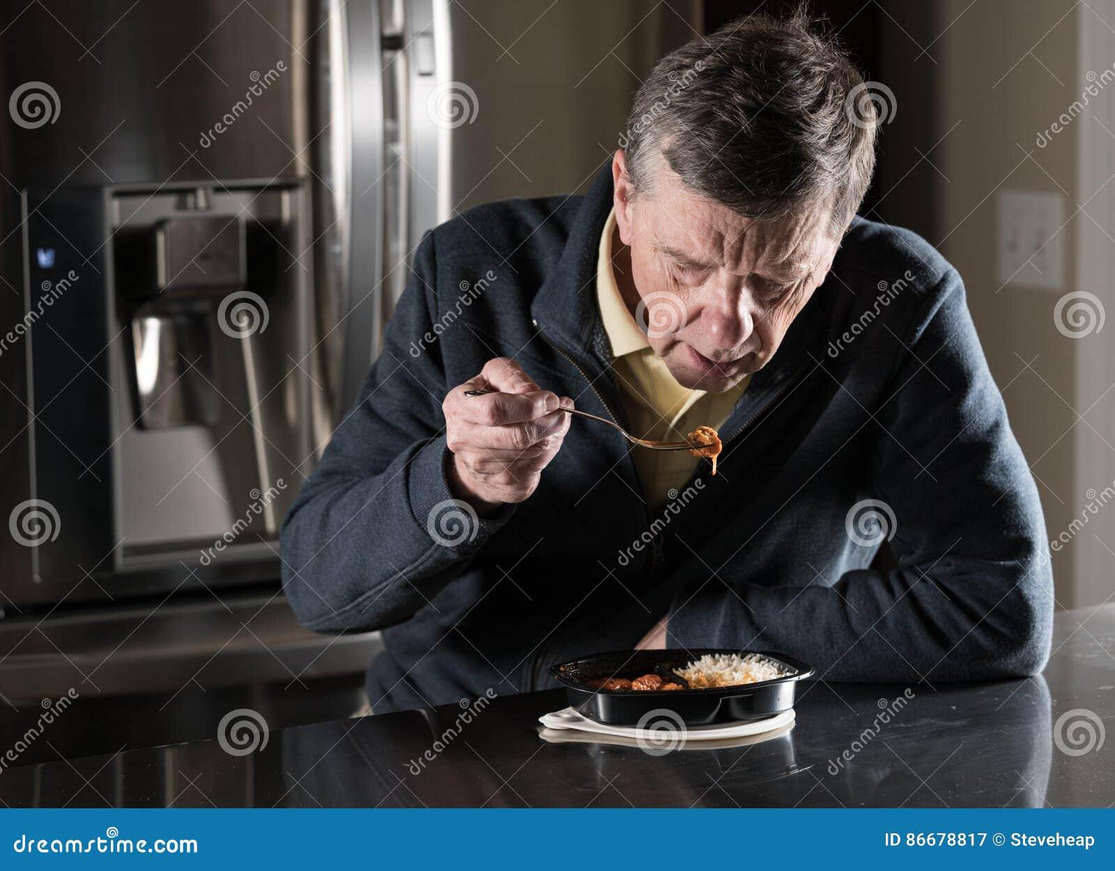Pasto pronto mangiatore di uomini senior solo alla tavola