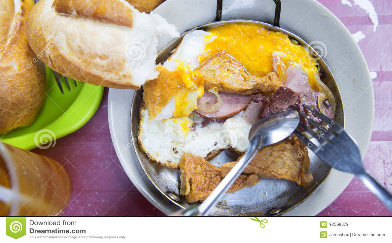 Pasto vietnamita del pane con il pasticcio di pesce e dell uovo