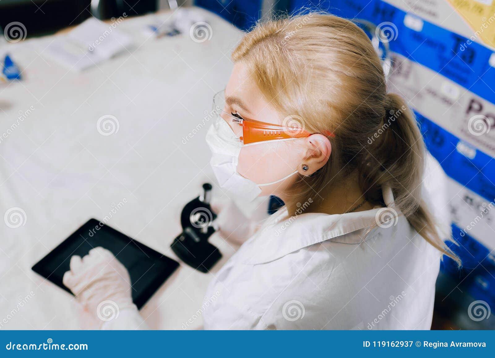 Pastylka pomaga ona pracować mądrze Żeńskiego ucznia chemik,