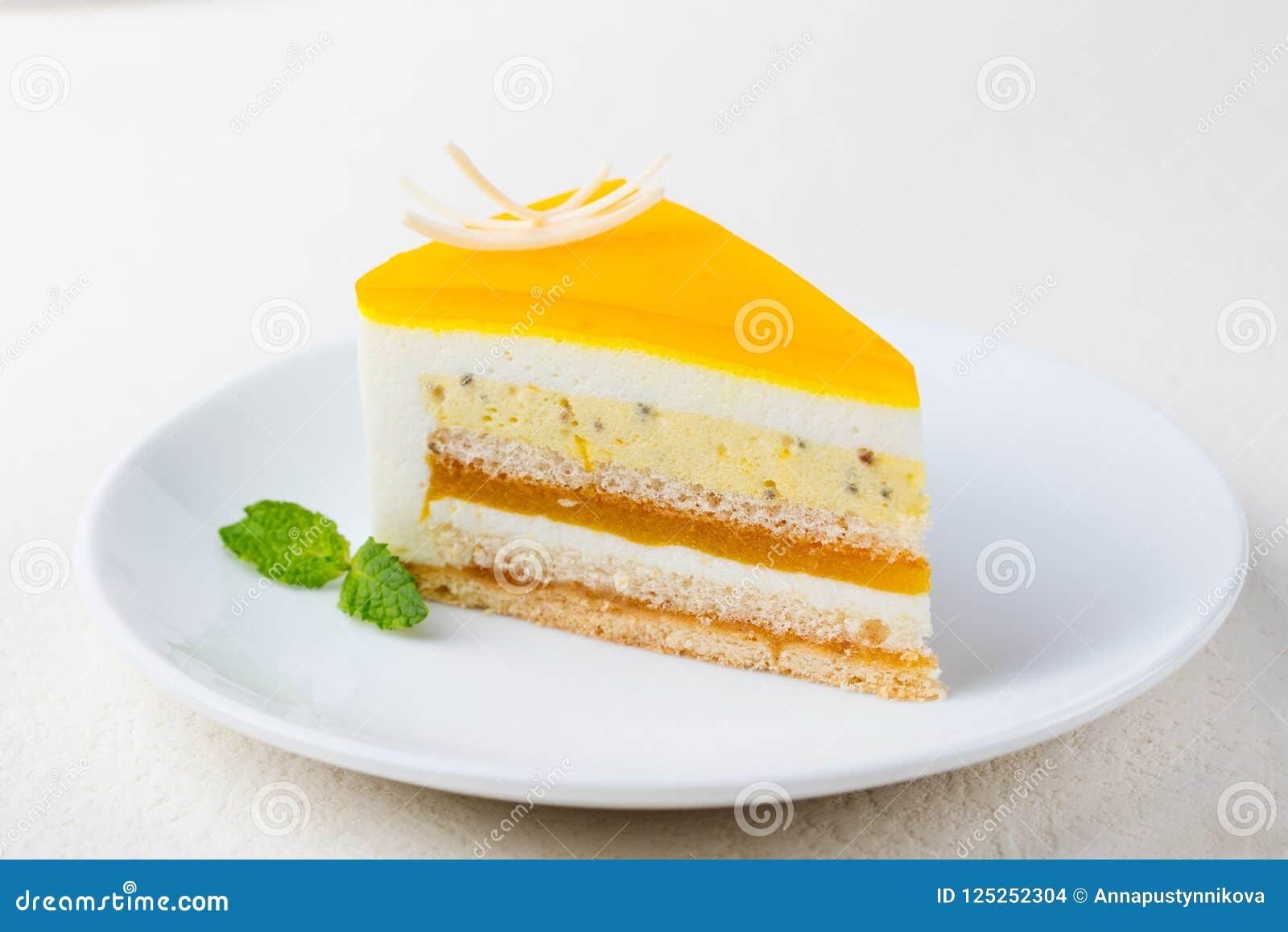 Pasyjnej owoc tort, mousse deser na białym talerzu