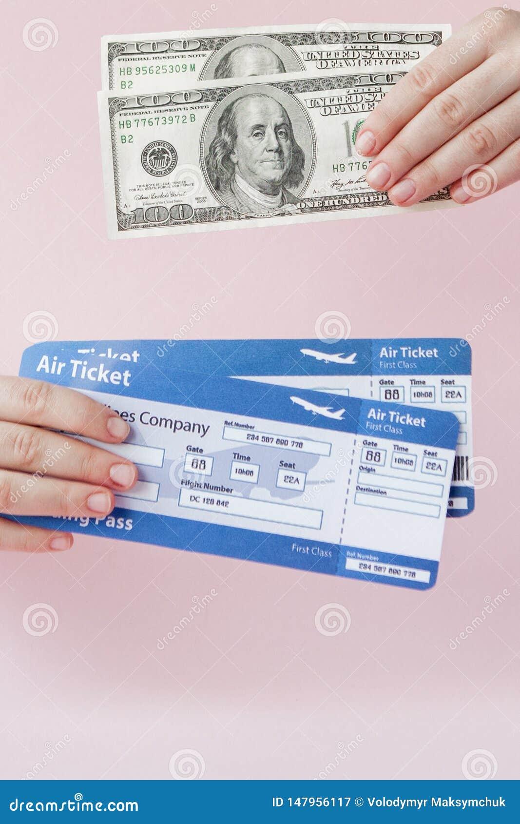Paszport, dolary i lotniczy bilet w kobiety r?ce na r??owym tle, Podr??y poj?cie, kopii przestrze?