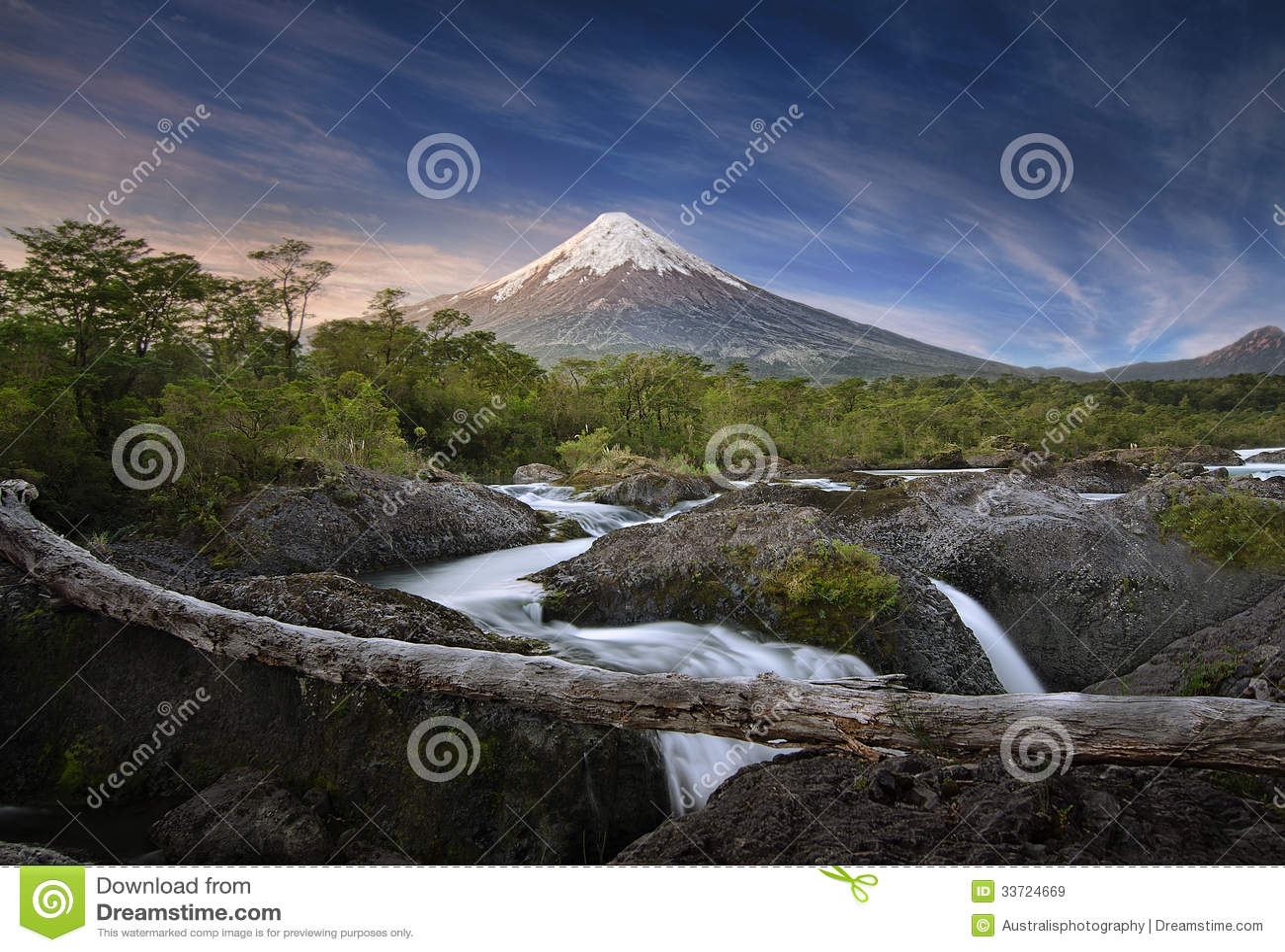 Patagonia, Chili. Volcan d Osorno et automnes de Petrohue.