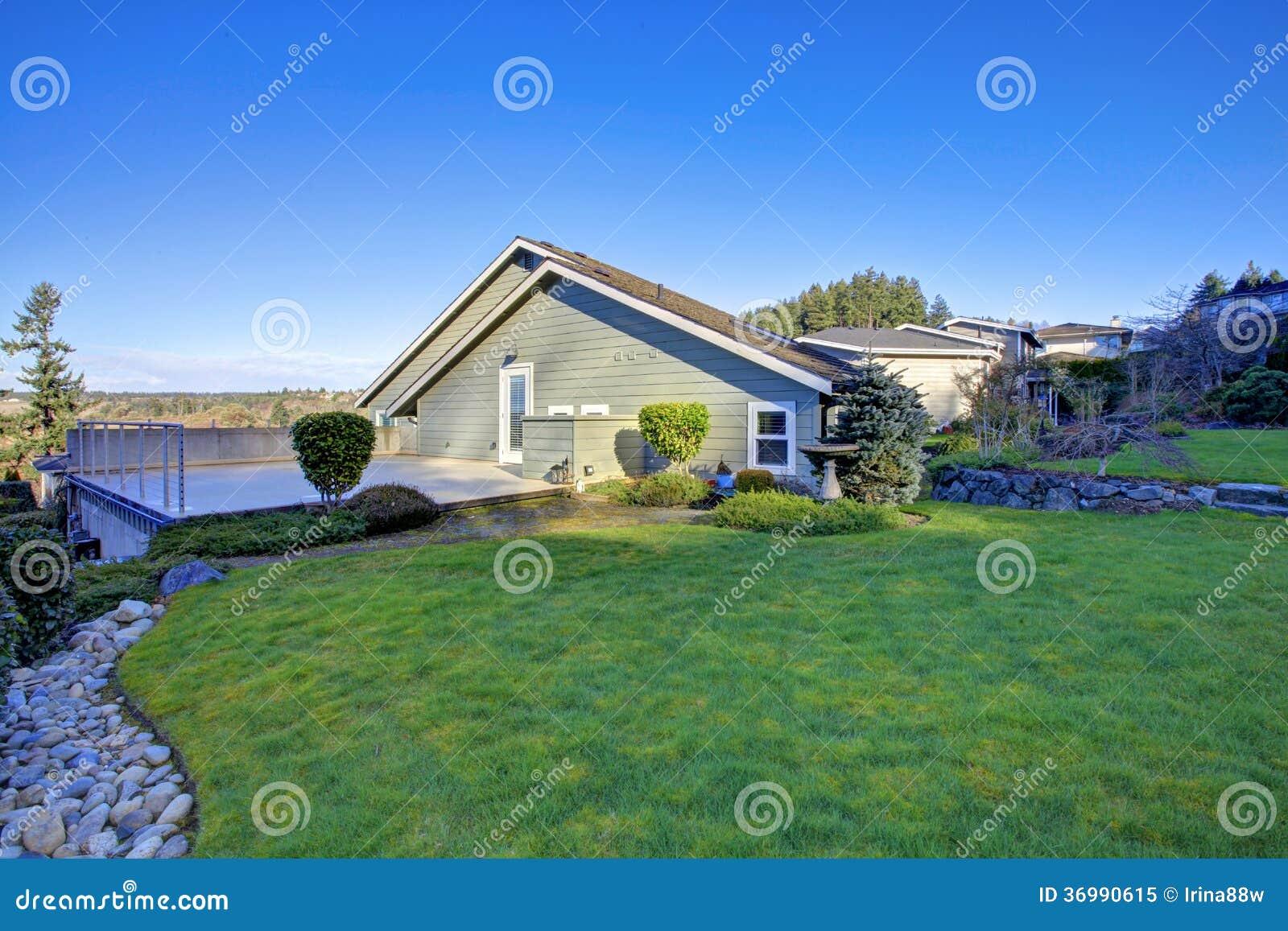 jardim quintal grande:Back Yard Garden with Porch