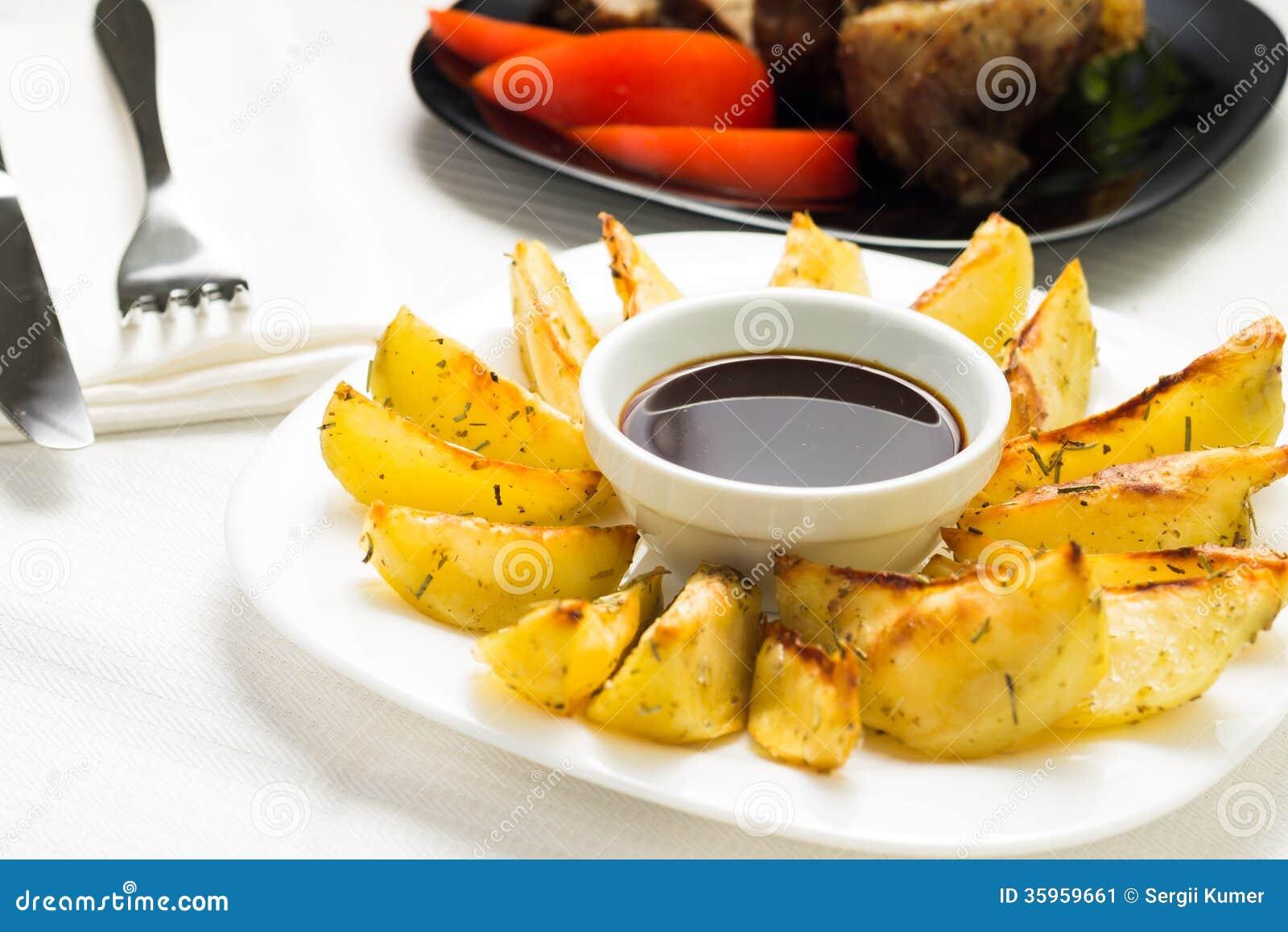 Patata asada a la parrilla con carne de vaca cocida