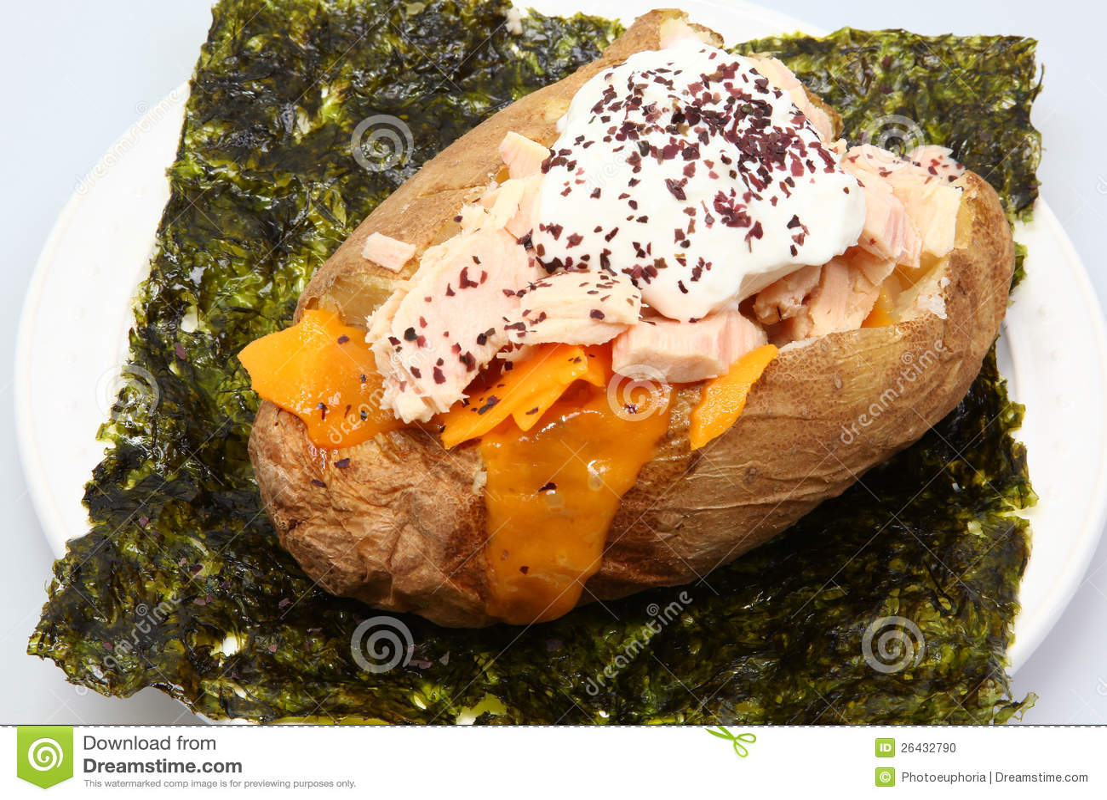 Patata cocida al horno rellena del atún de albacora en alga marina