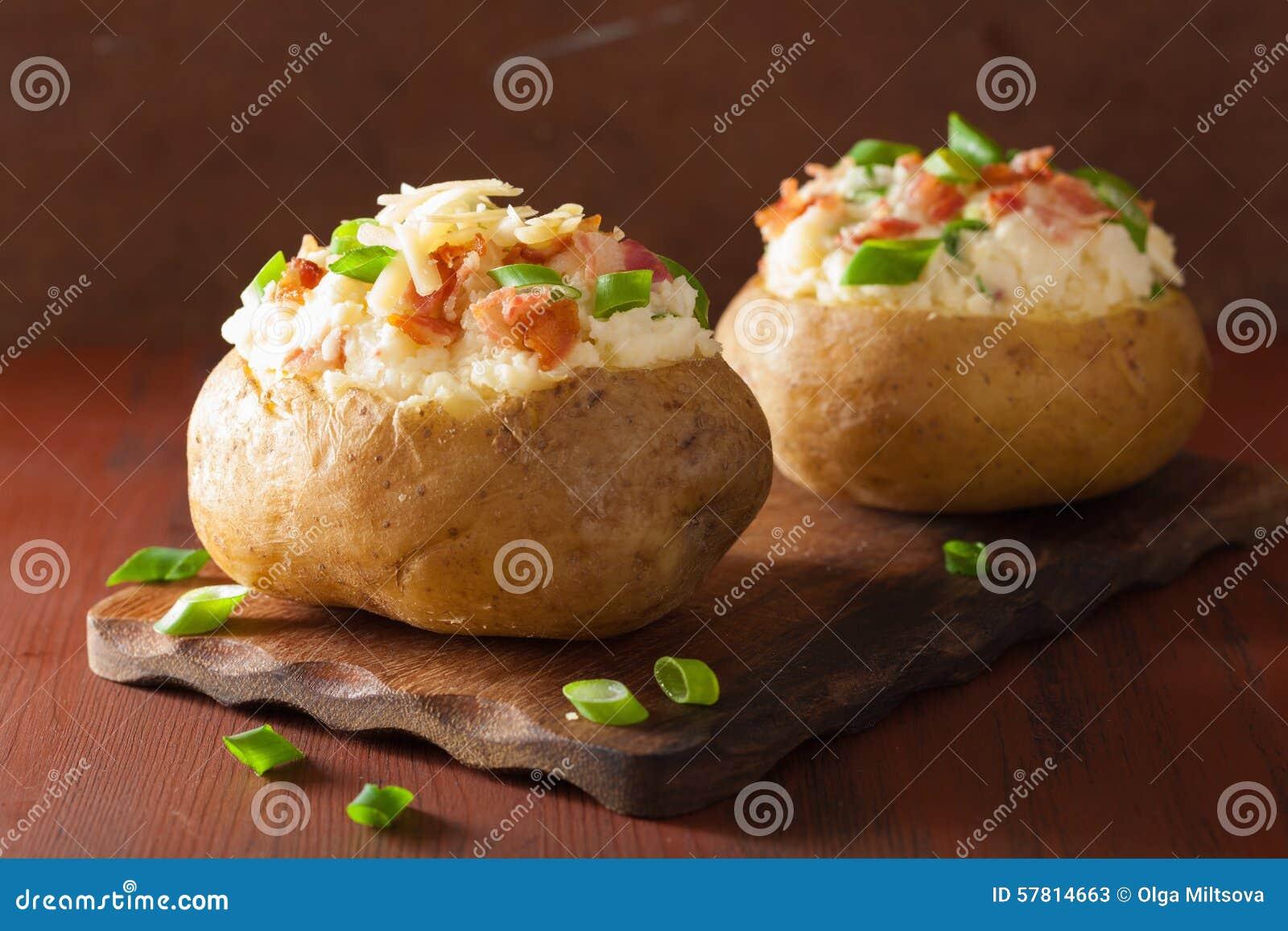 Patata cocida en chaqueta con tocino y queso
