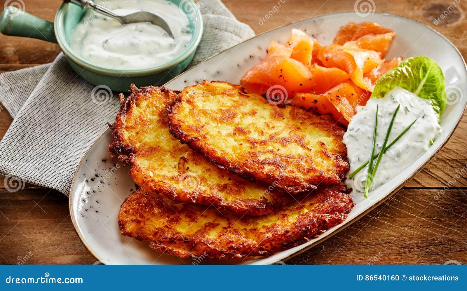 Patata Rosti, salmón ahumado y salsa cremosa del eneldo