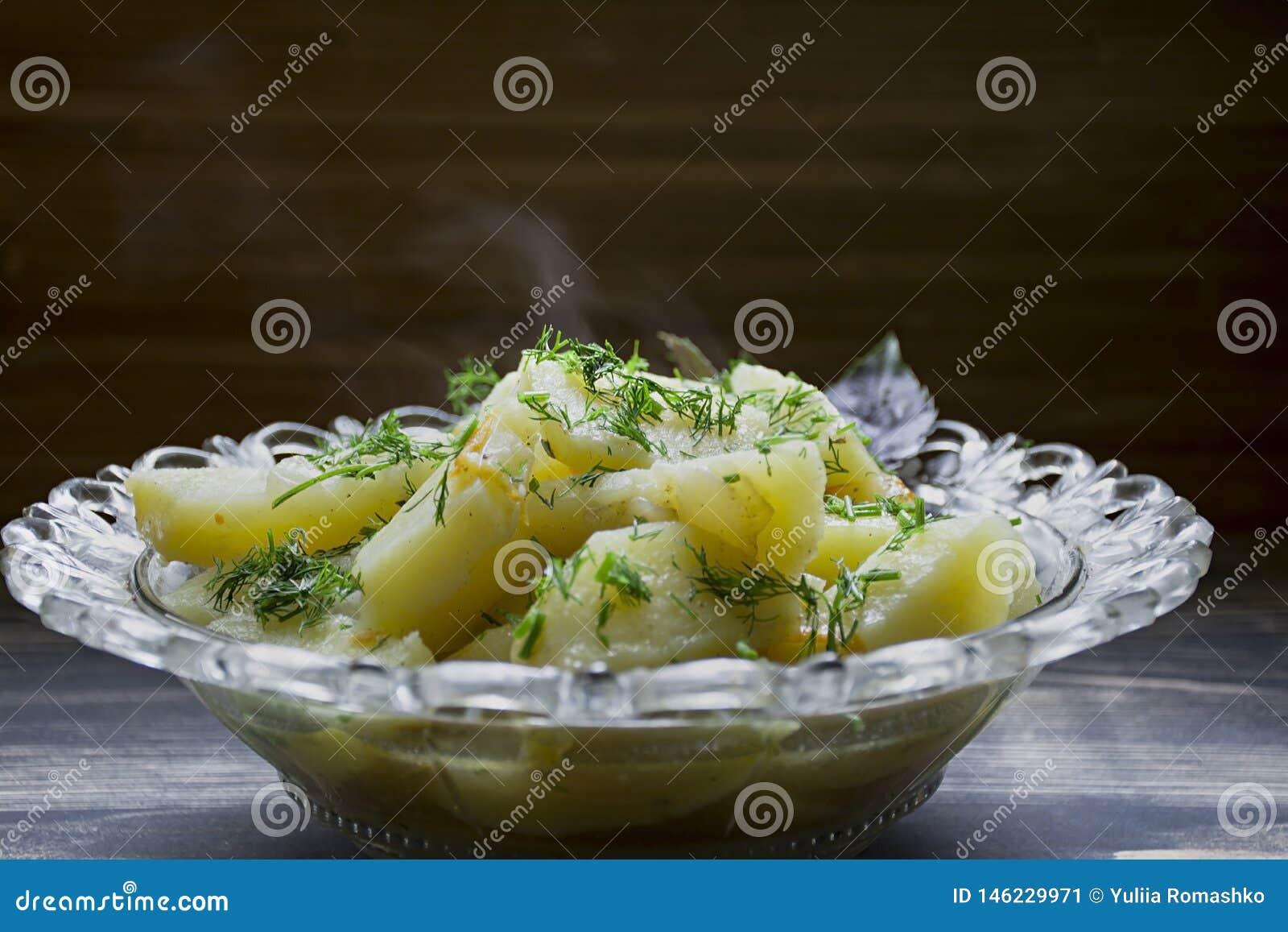 Patata stufata con le verdure e le erbe Pranzo saporito e nutriente