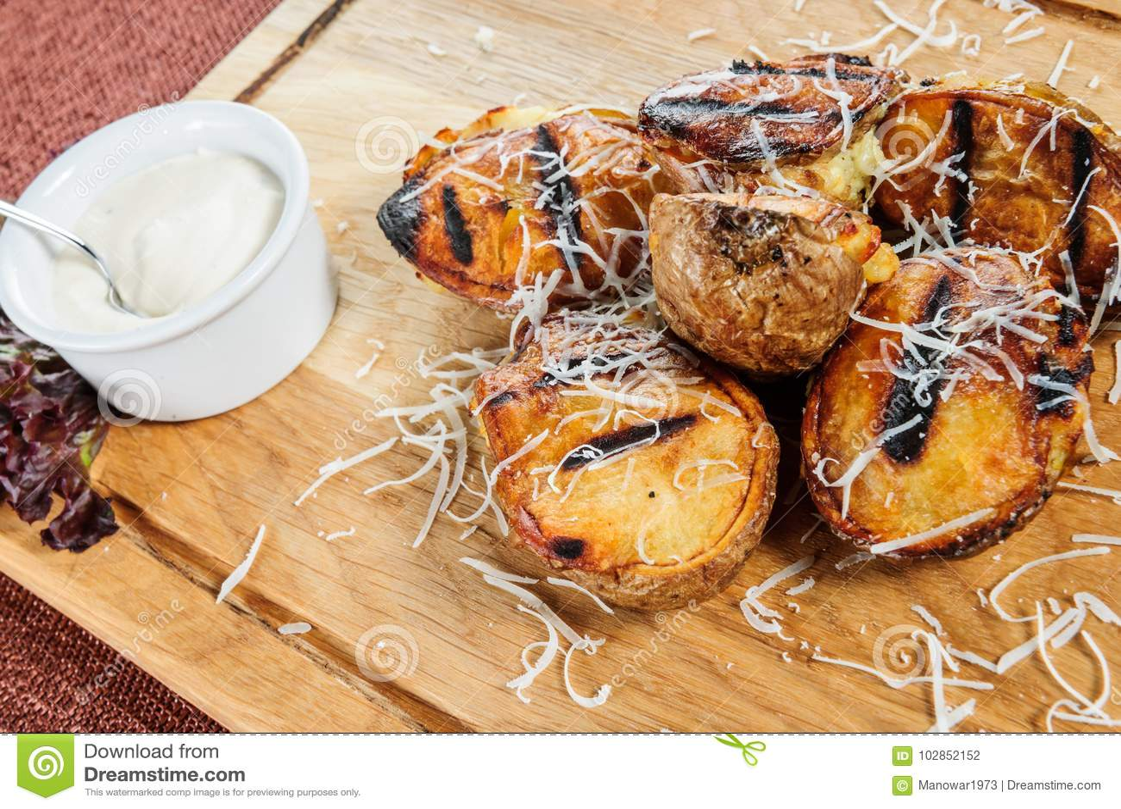 Patatas cocidas con la salsa cremosa blanca Comida vegetariana fácil y sana