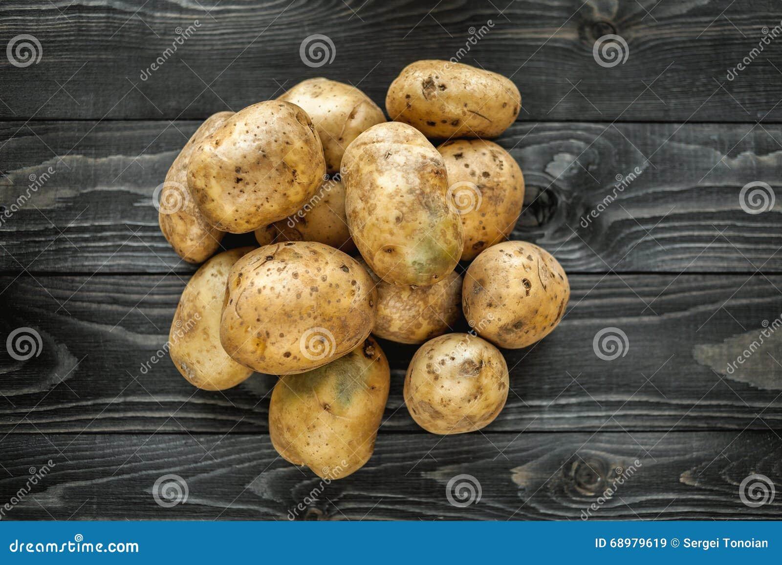Patatas en fondo rústico de madera