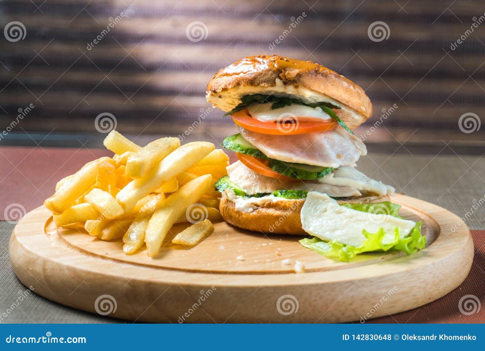 Patatas fritas y hamburguesa de la pechuga de pollo