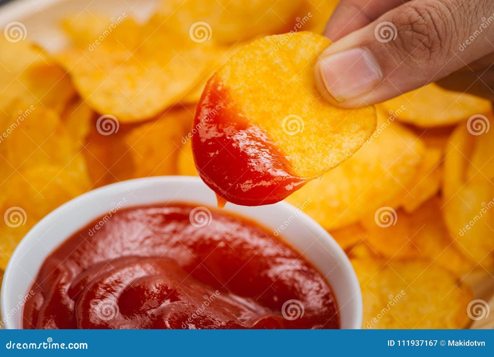 Patatas fritas y salsa de tomate bocado de la cerveza, consumición malsana