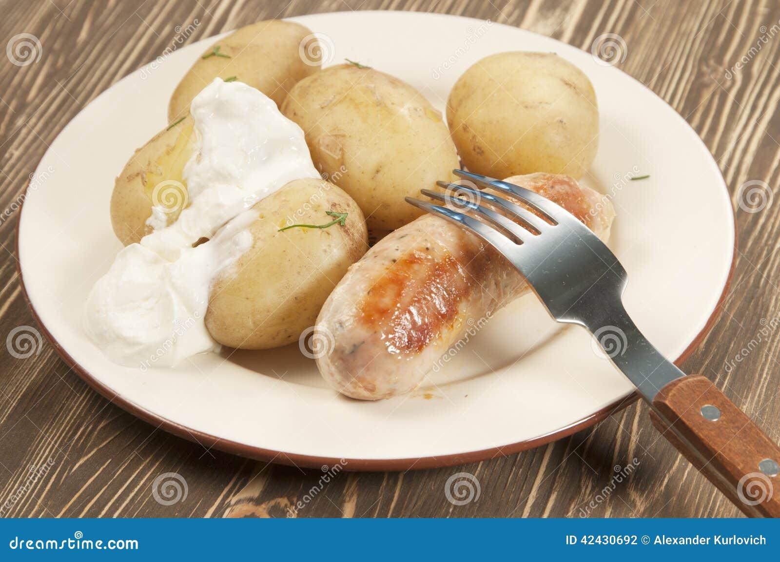 Patatas jovenes hervidas con la salchicha
