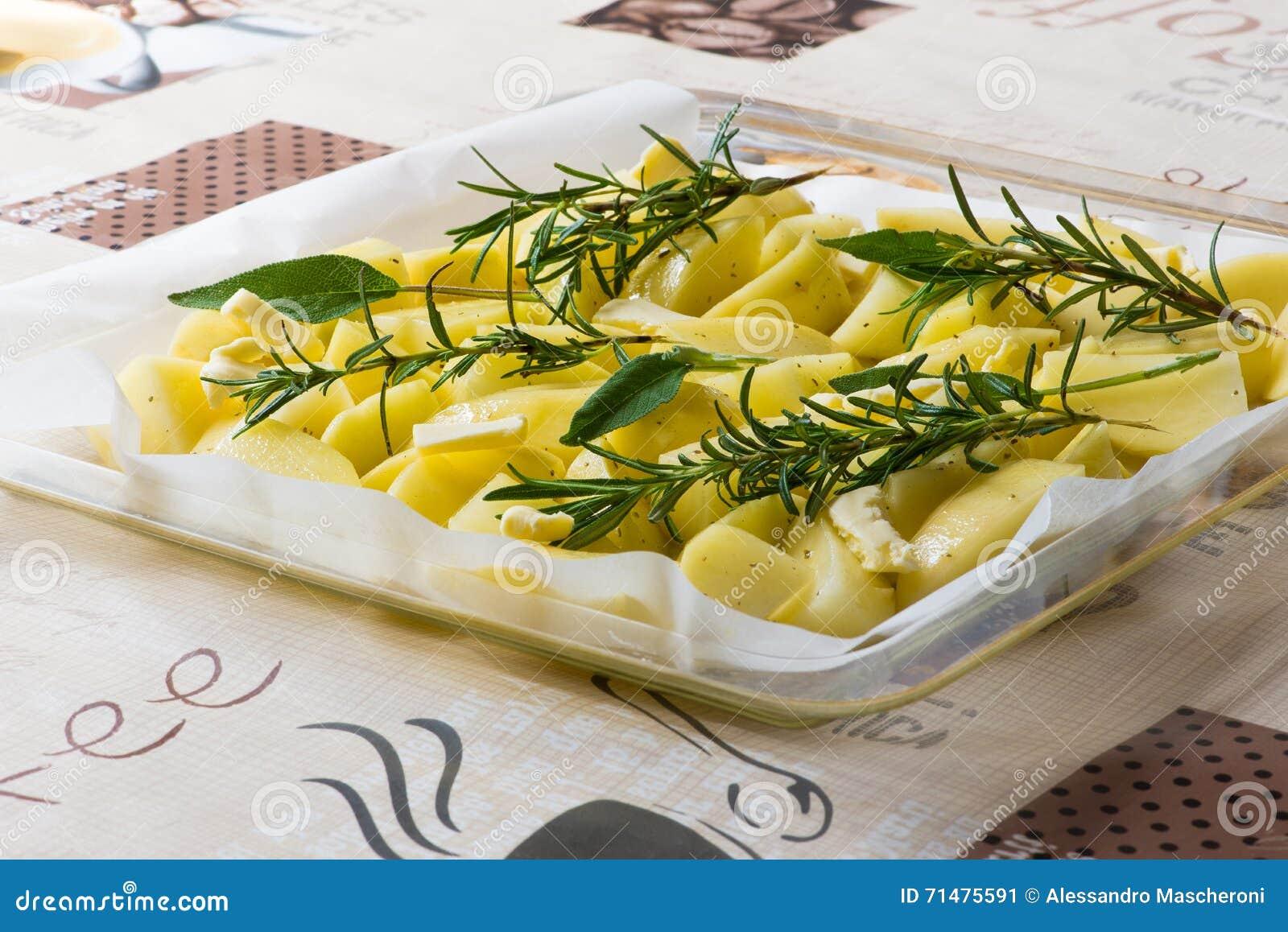 Patate al forno da cucinare ingredienti sale rosmarini for Cucinare wurstel al forno