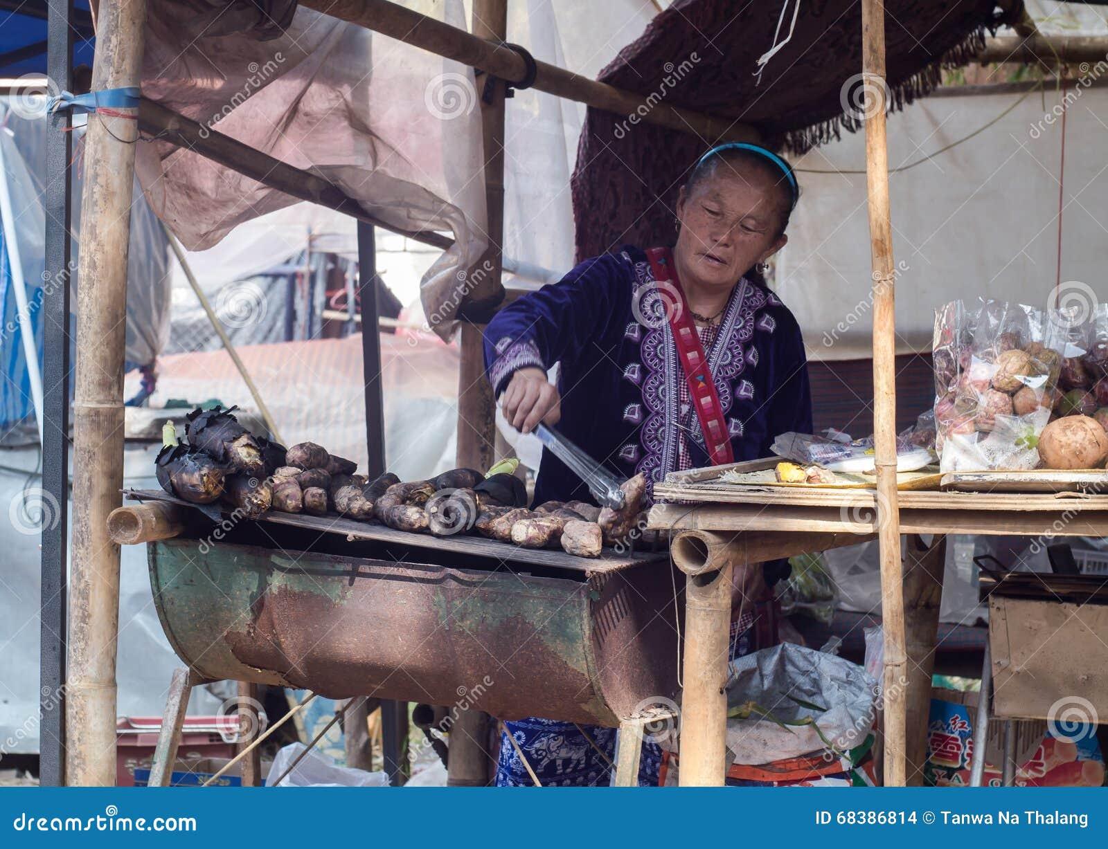 Patate della griglia della donna della tribù della collina
