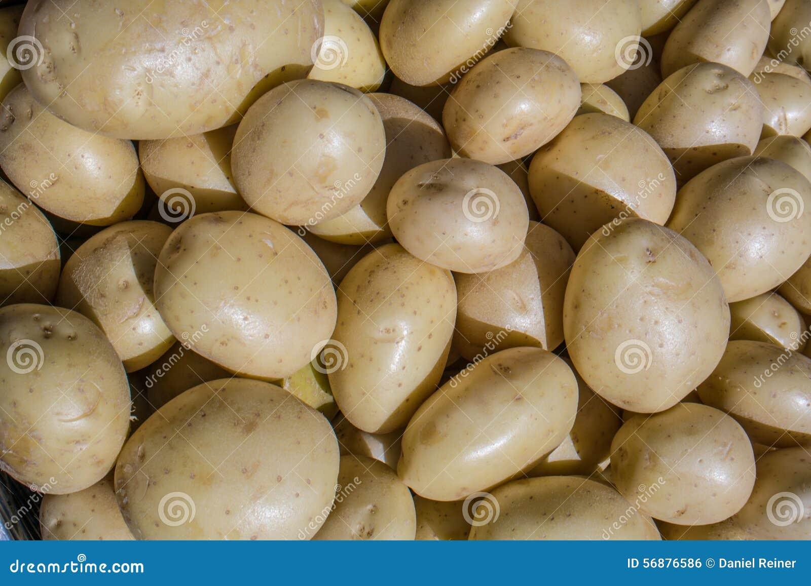 Patate fresche su un mercato