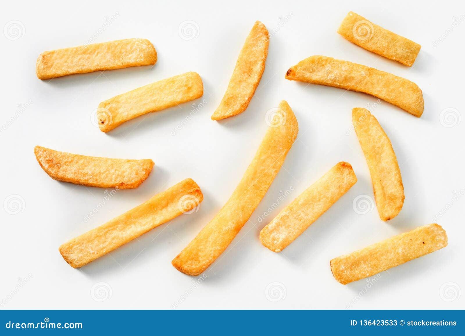 Patate fritte casalinghe su un fondo bianco