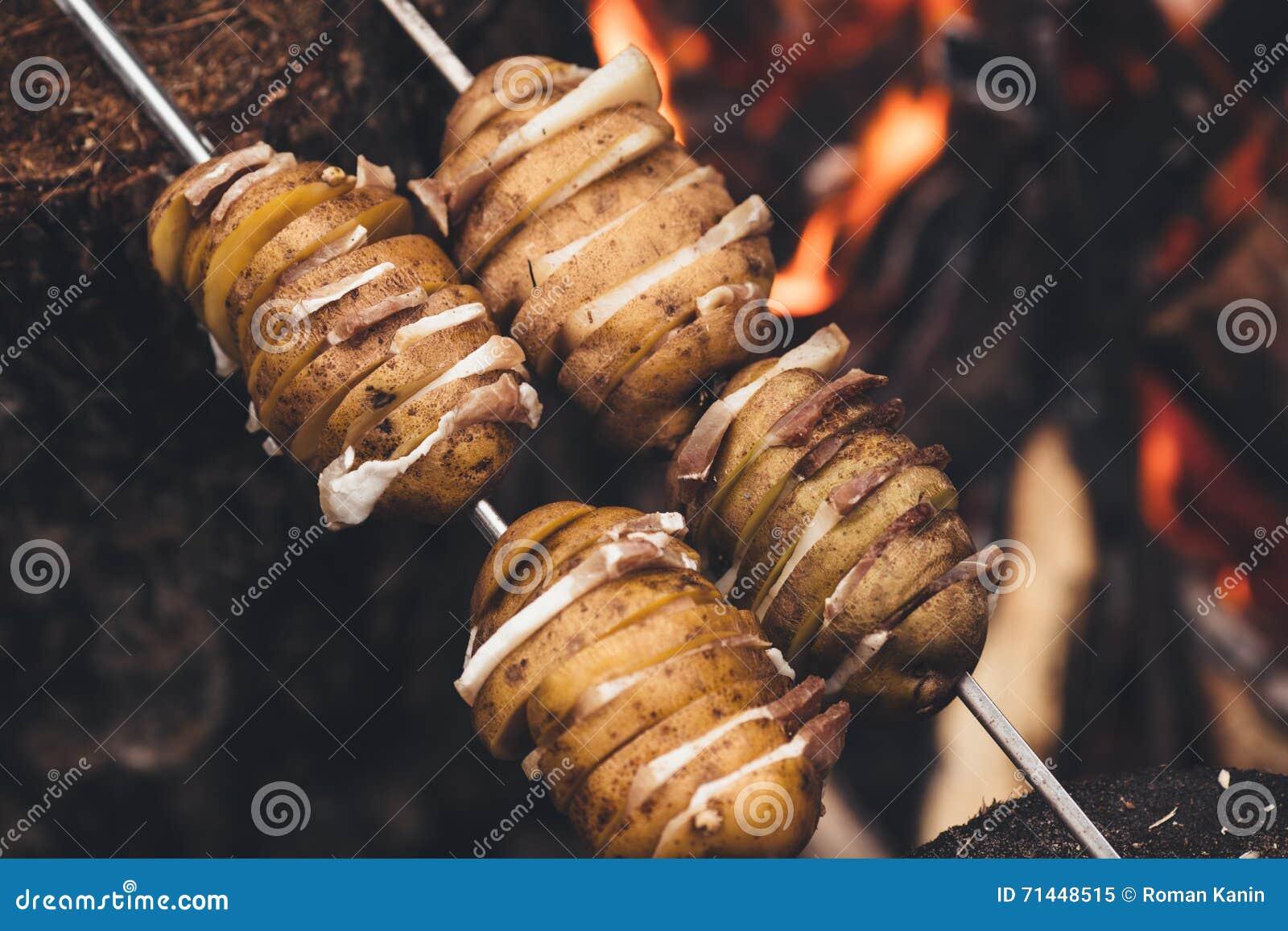 Patate fritte con bacon sugli spiedi Il concetto di cibo del outd