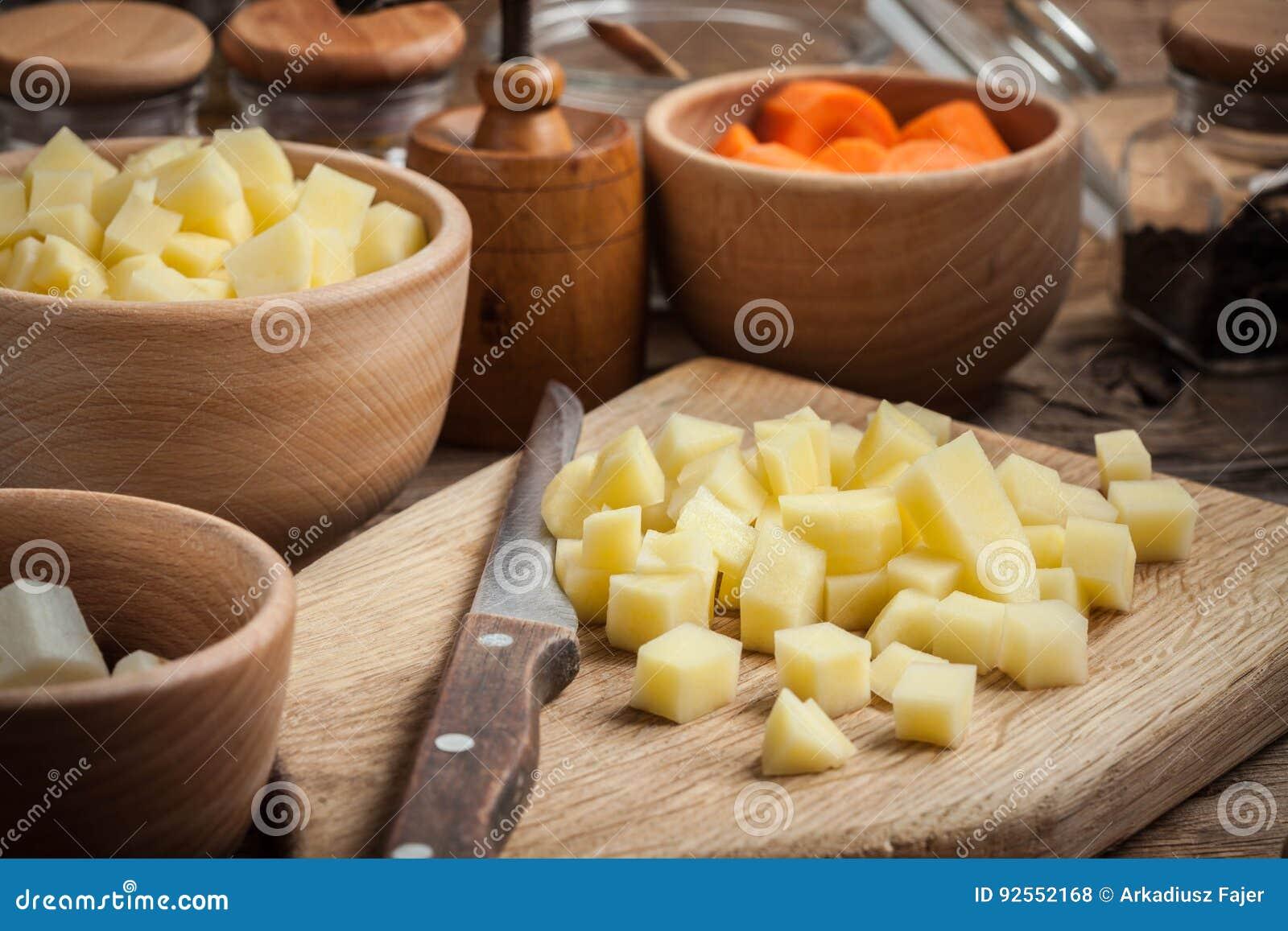 Patate tagliate su un tagliere di legno