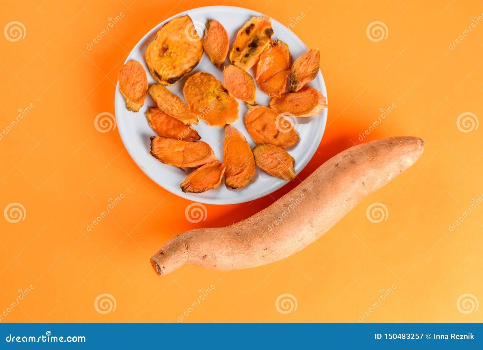 Patates douces rôties sur la casserole de gril sur le plan rapproché de plat Tir? d en haut