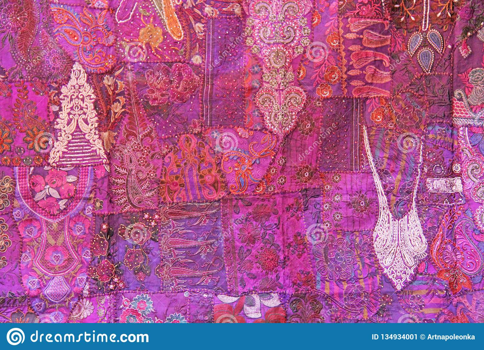 Patchwork de l indium Places colorées par broderie d Inde Fond oriental indien pourpre de lilas multicolore lumineux de rose