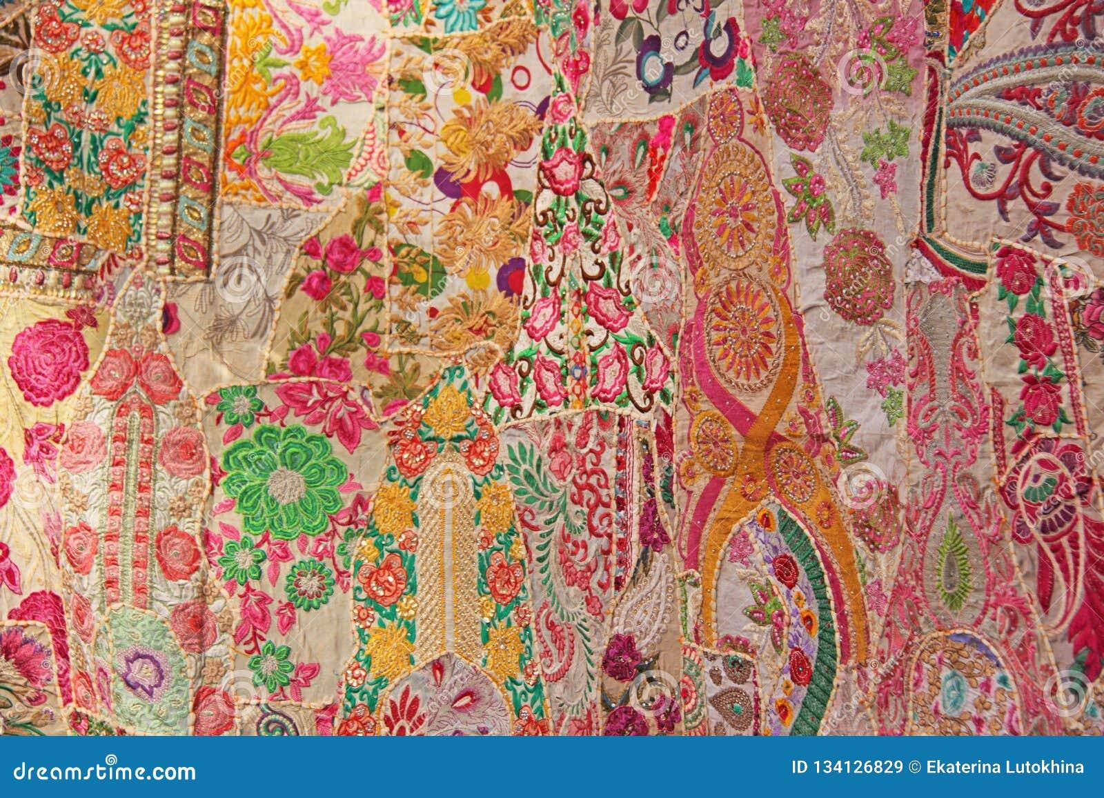 2d24a5014ad35 Patchwork de l indium Places colorées par broderie d Inde Fond oriental  indien rouge multicolore lumineux