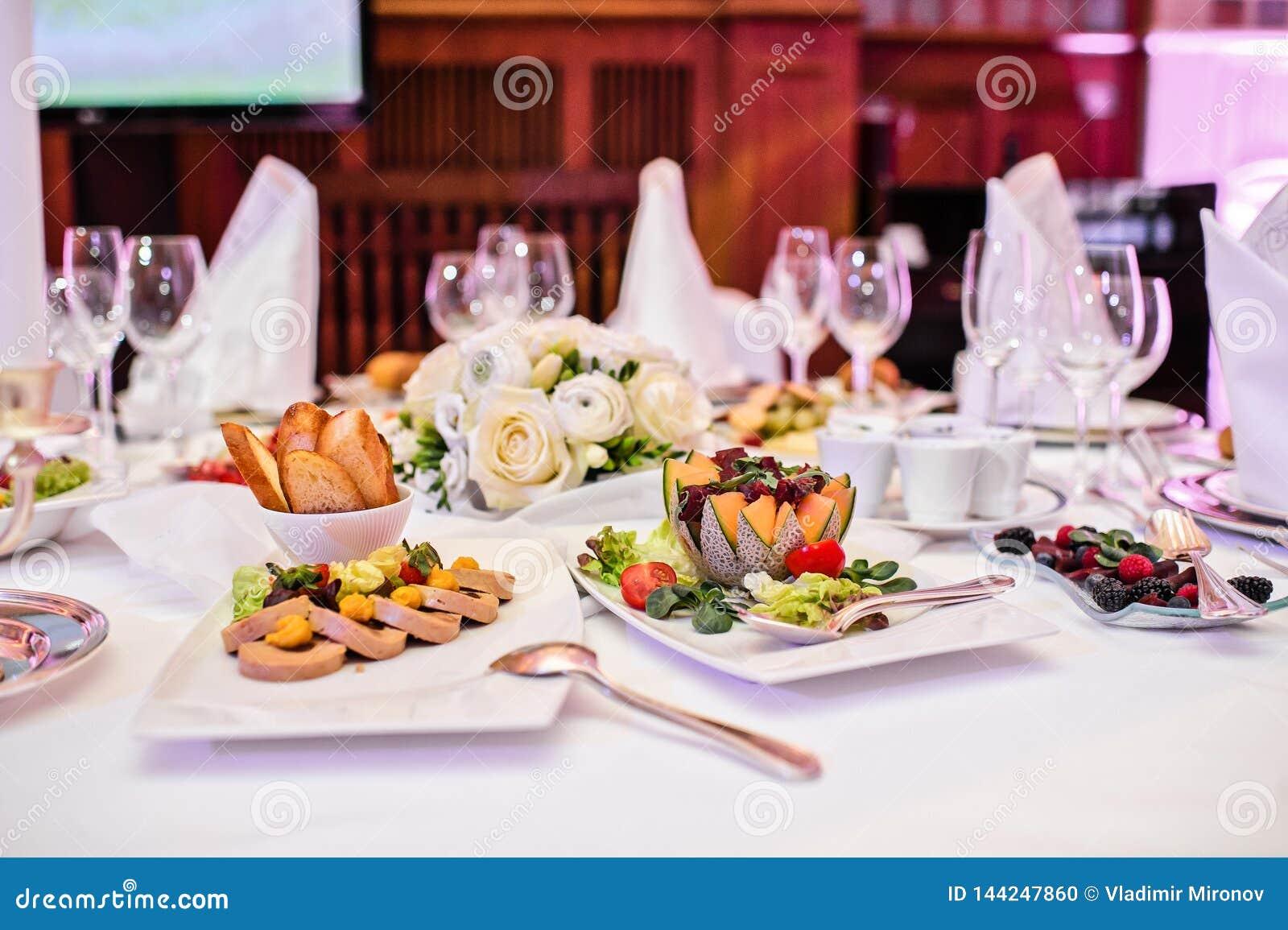 Pate фуа-гра с шутихами и ягодами Банкет в роскошном ресторане