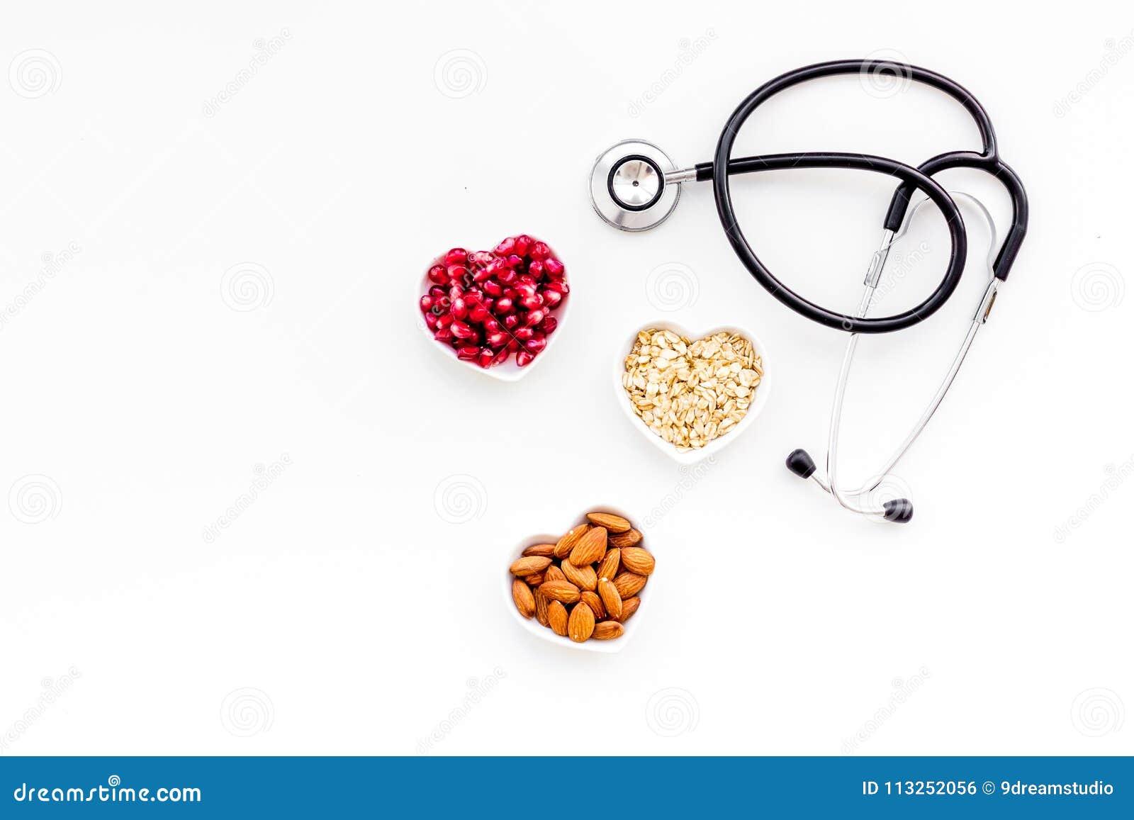 Pathients的适当的营养以心脏病 胆固醇减少饮食 燕麦粥,石榴,在心形的杏仁
