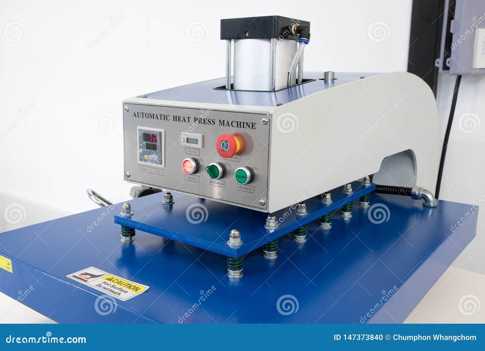 Pathumthani, Ταϊλάνδη - 27 Φεβρουαρίου 2017: Μεγάλη μηχανή Τύπου θερμότητας για την επιχείρηση υφάσματος στο εργοστάσιο εκτύπωσης