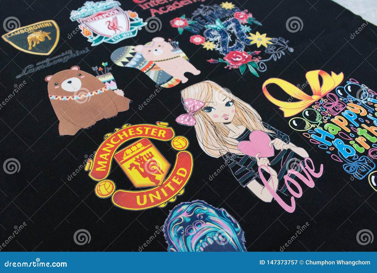 Pathumthani Tajlandia, Jun, - 16, 2017: Logo lub emblemat na czarnej koszula dla twój projekta w majcheru pojęciu przy druku skle