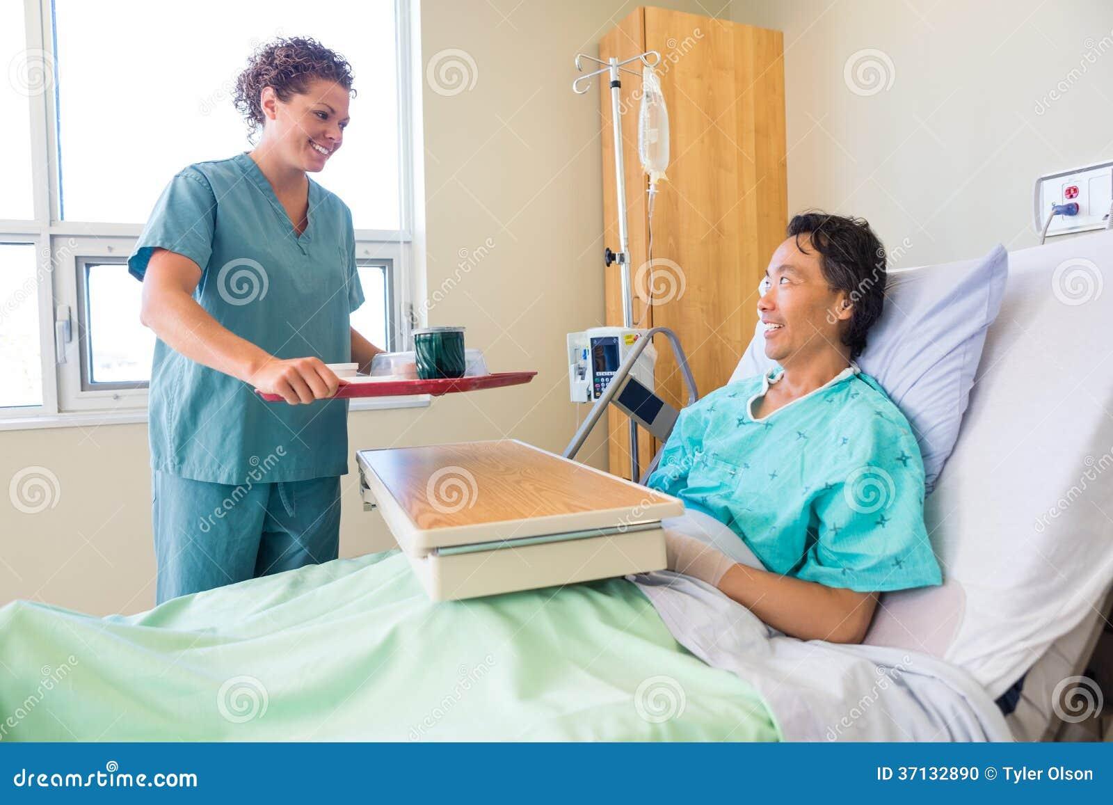 Patient amical de Bringing Breakfast For d infirmière dedans