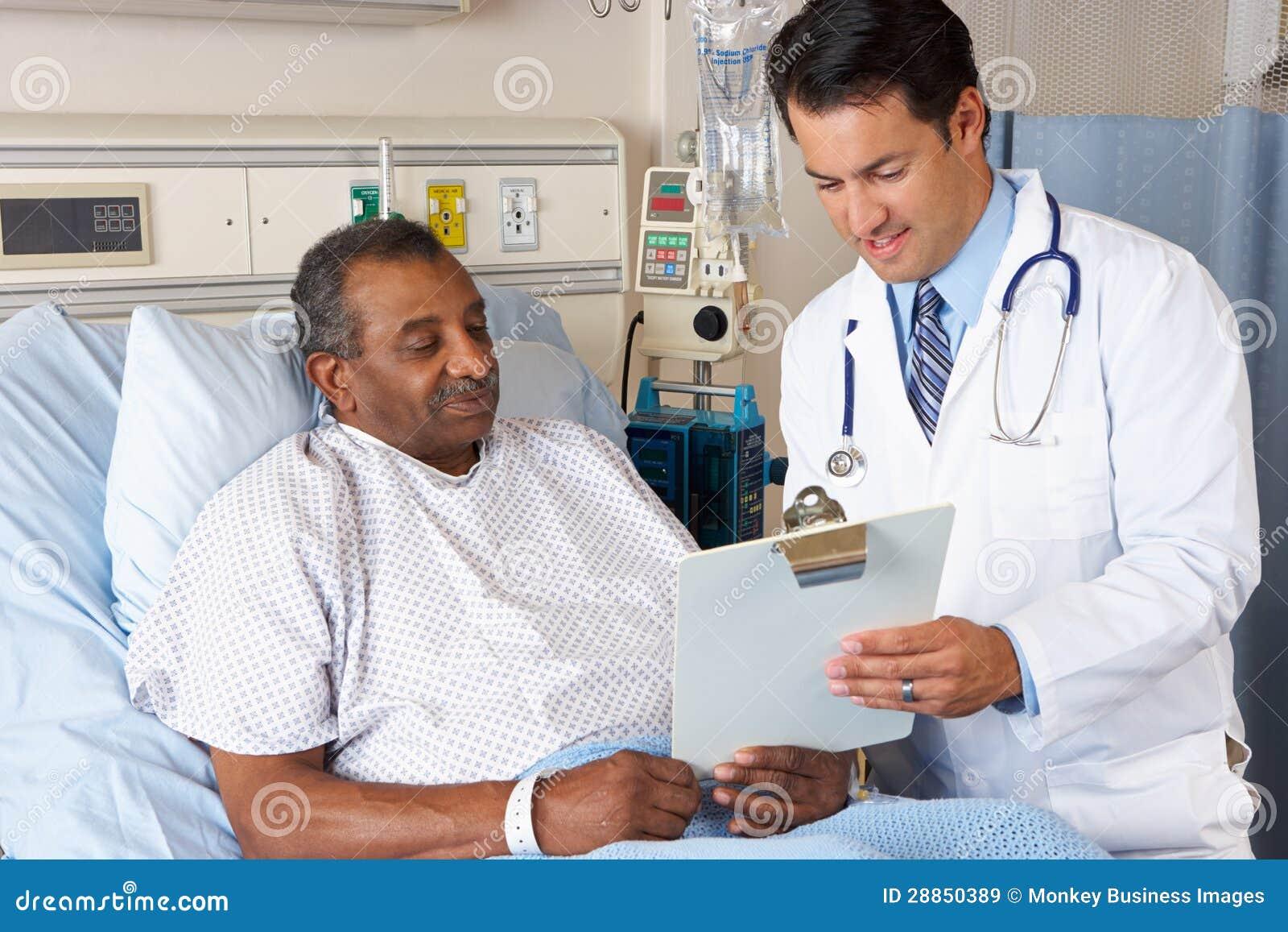 Patient d aîné de docteur Explaining Consent Form To