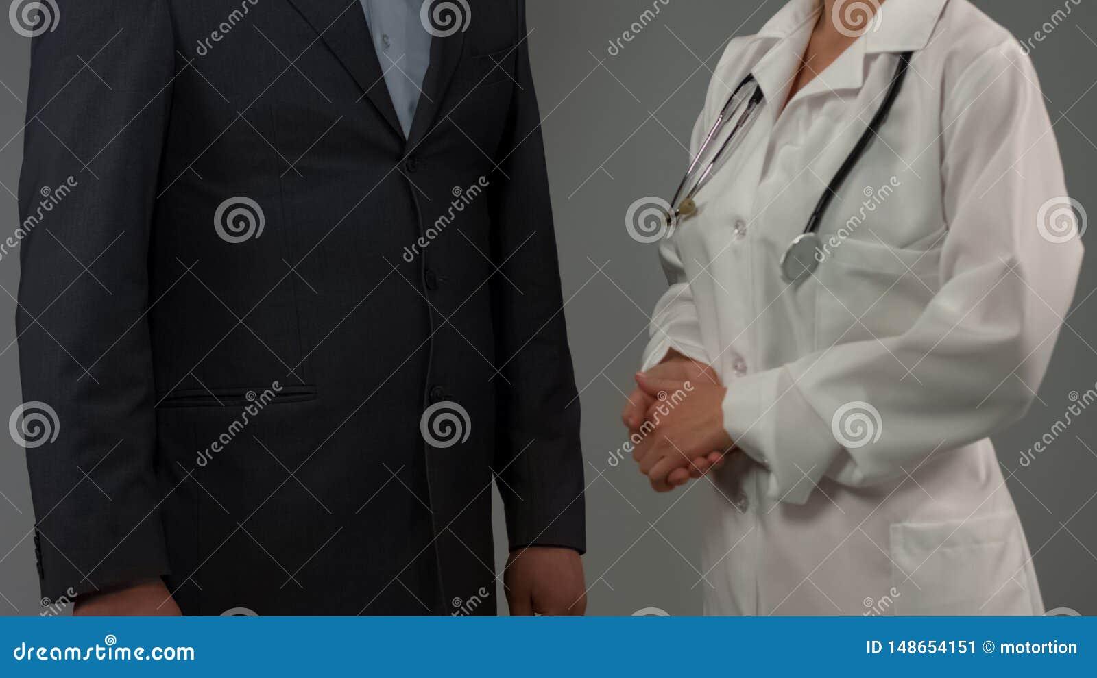 Patient d homme d affaires parlant avec le docteur f?minin, discutant le diagnostic, soins de sant?