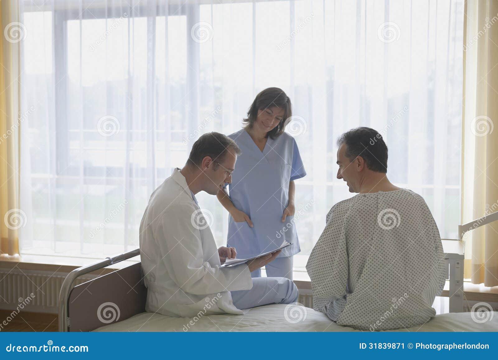 Patient de docteur and nurse with dans la chambre d for La chambre 13 hopital