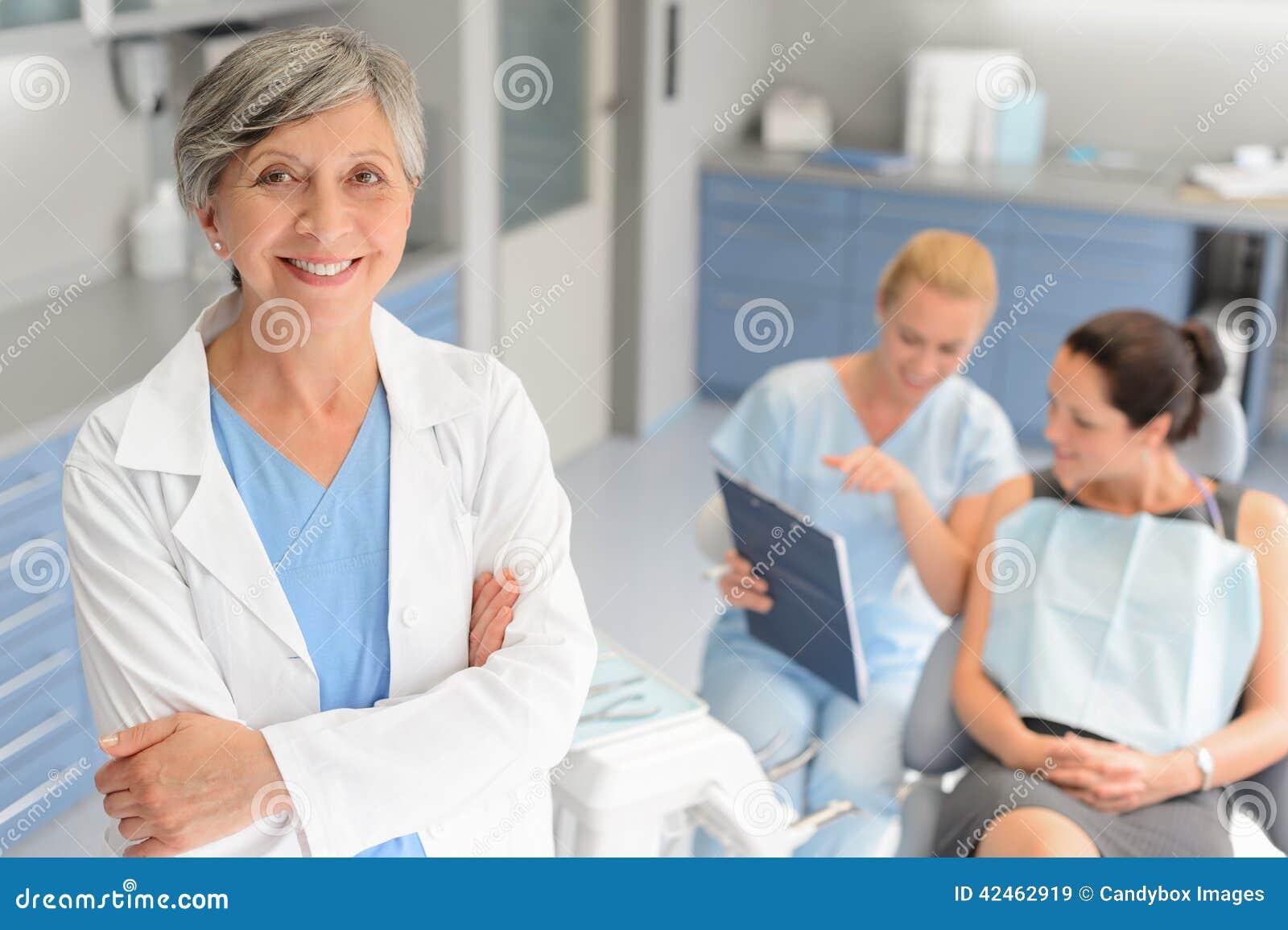 Patient dentaire de clinique de chirurgien professionnel de dentiste