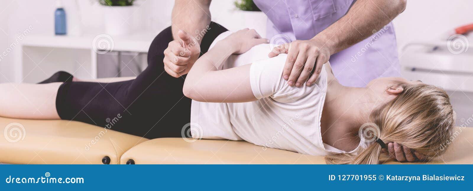 Patient et physiothérapeute pendant la réadaptation dans l hôpital