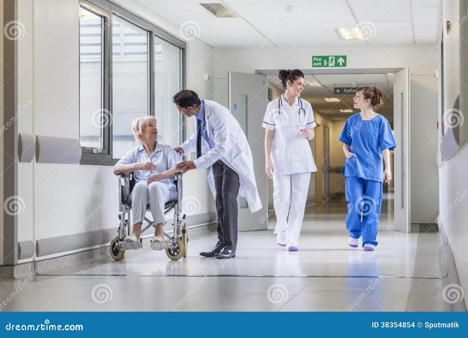 Patient féminin supérieur dans le fauteuil roulant et le docteur dans l hôpital