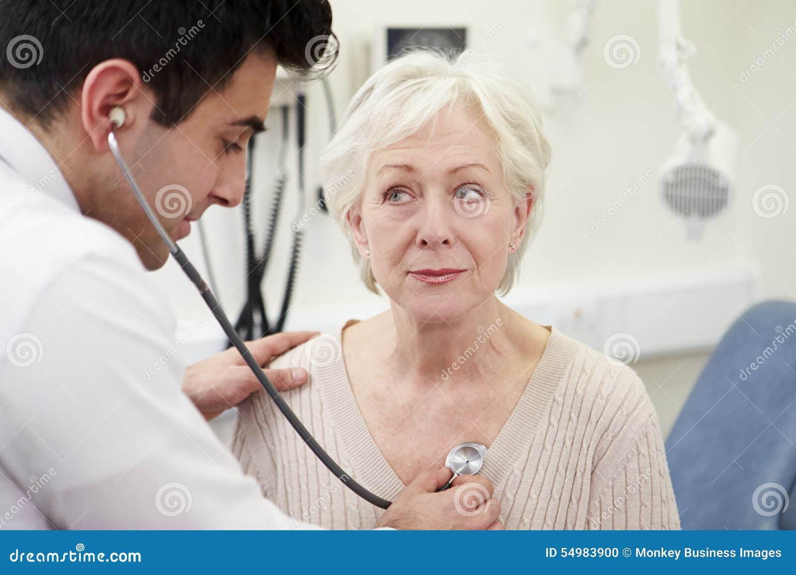 Patient för doktor Examining Senior Female i sjukhus