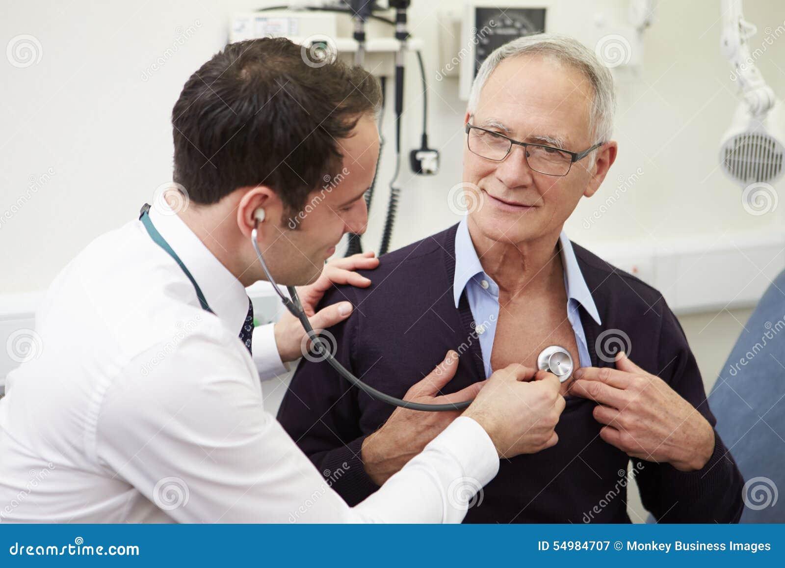 Patient för doktor Examining Senior Male i sjukhus
